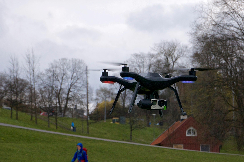 Har du lov å fly i parken? Ja, så lenge du er 150 meter fra personer du ikke har fått lov til å fly i nærheten av. 150 meter er lengre enn en stor fotballbane, så det kan bli vanskelig. Men hvis du registrerer deg som RO1-operatør kan du fly nærmere.
