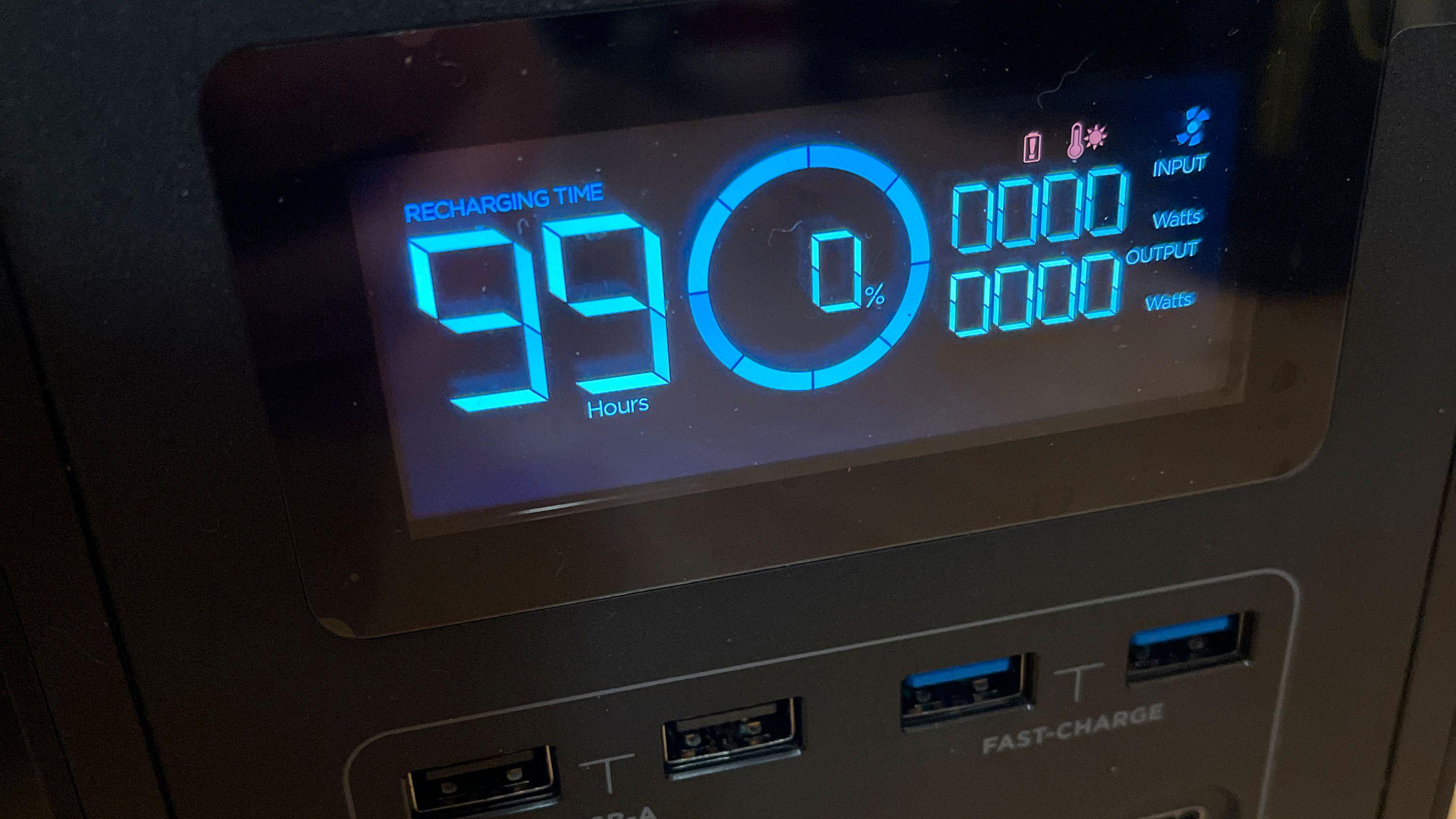 Det går raskt å lade EcoFlow Delta 1300, men det kan ta lenger tid hvis boksen er enten for kald eller for varm. Produsenten avbefaler sterkt å lade den rett etter at den er tømt med tung last, og skriver at den bør få hvile et par timer for sikkerhets skyld. Men boksen er beskyttet også mot temperaturproblemer, og de røde ikonene blinker mens viftene jobber for å klargjøre batteriet for ny lading.