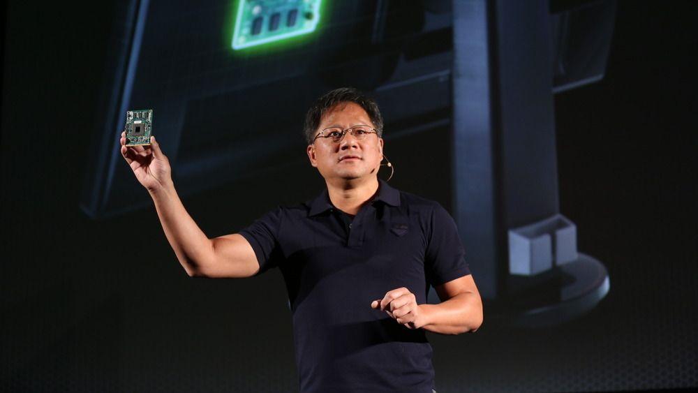 Jen-Hsun Huang, toppsjefen i Nvidia, under lanseringen av G-Sync. Kretskortet han holder i hånda er G-Sync-modulen. .