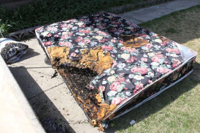 Slik så senga til 16-åringen ut etter brannen. Foto: (Privat) Scotty Aitken