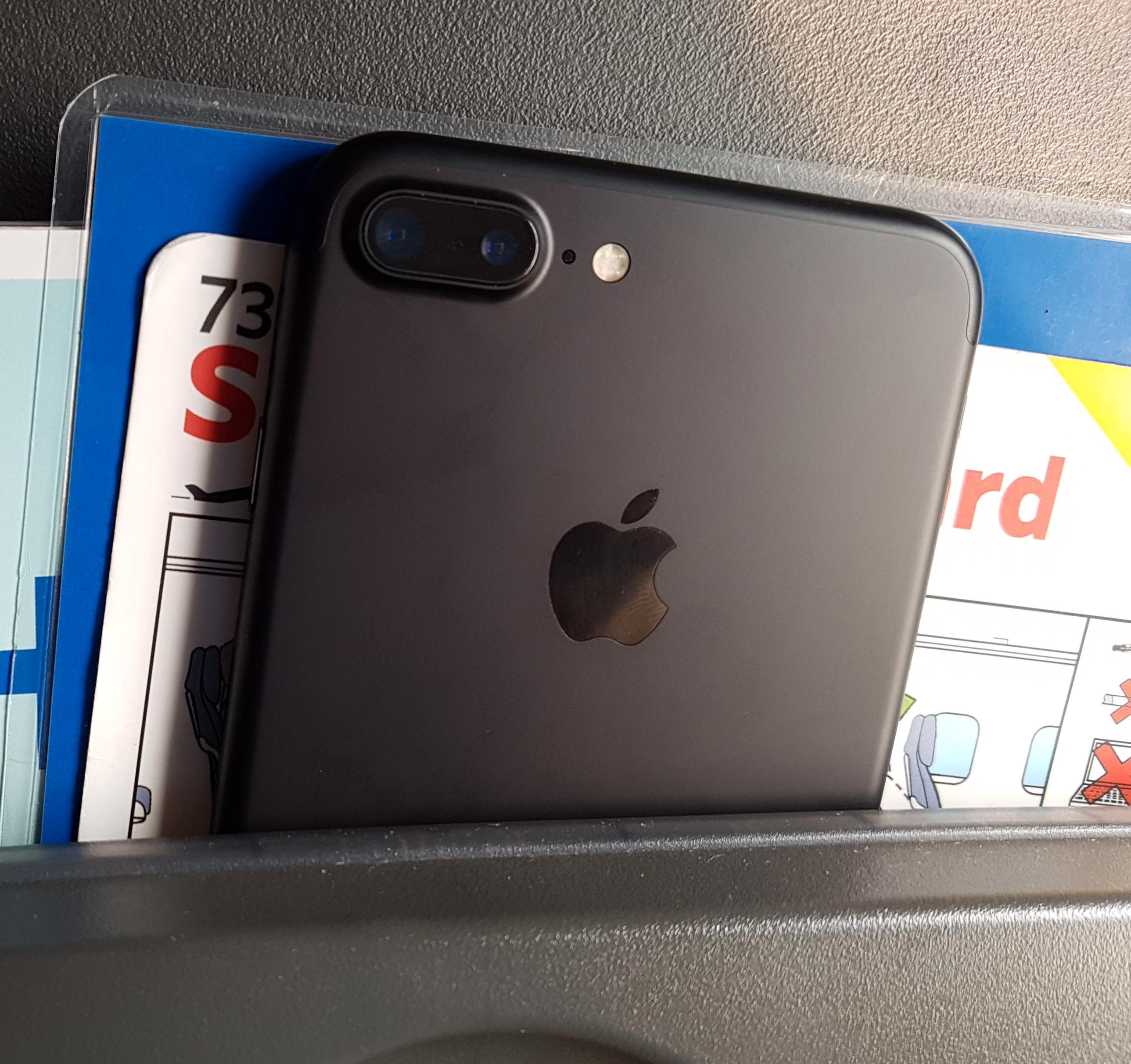 iPhone 7 Plus er både pen i tøyet og tynn. Designen begynner å dra på åra, men det er enklere å se at Plus-modellen er ny på grunn av det doble kameraet bak.