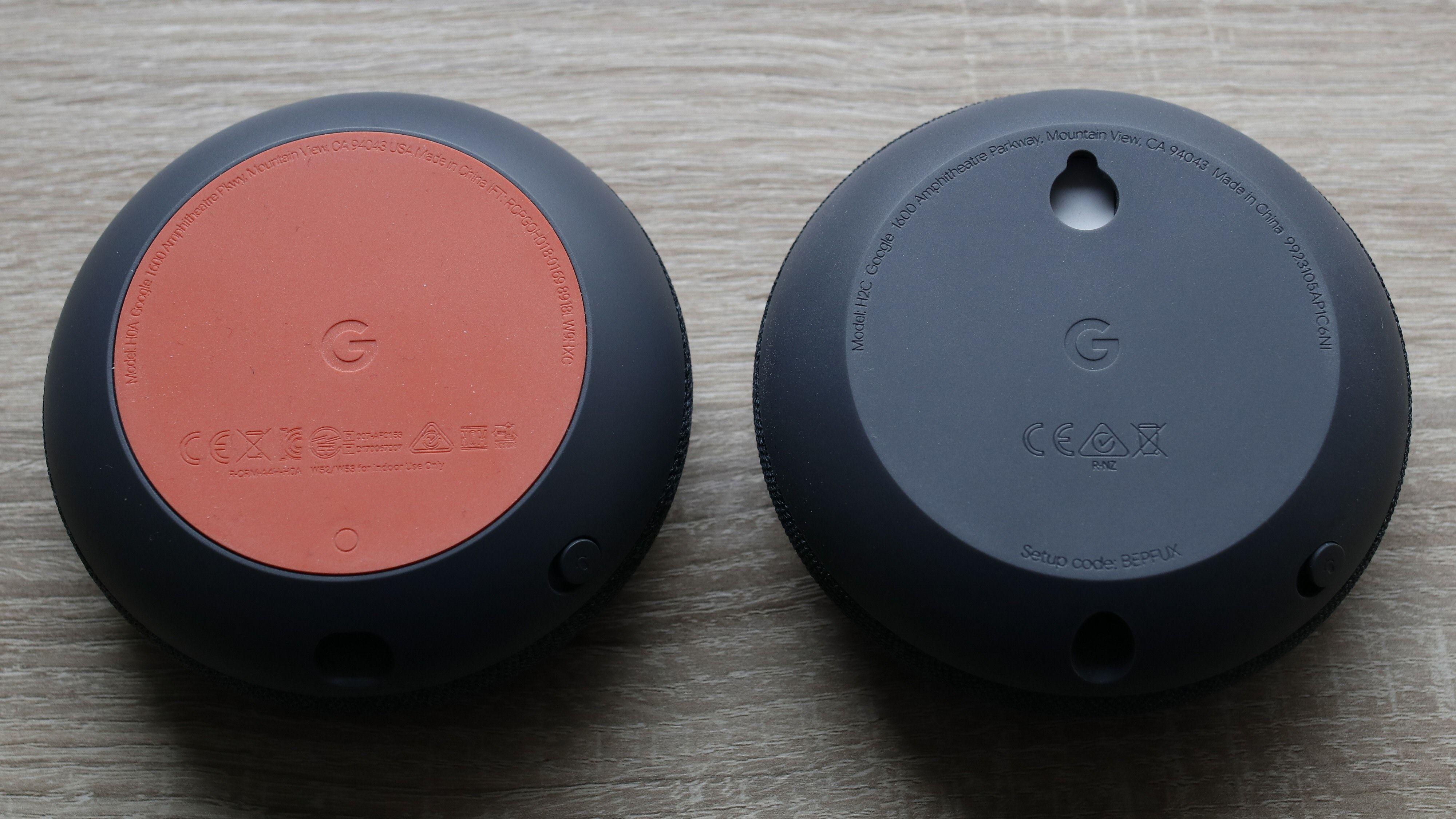 Nest Mini har fått festehull slik at den enkelt kan henges på veggen. «Gamle» Home Mini til venstre.