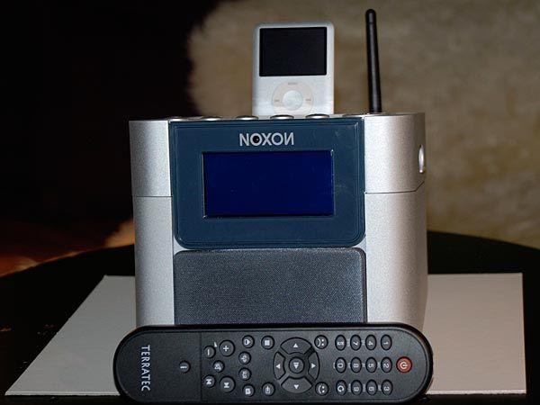 Du kan styre musikken med en fjernkontroll.