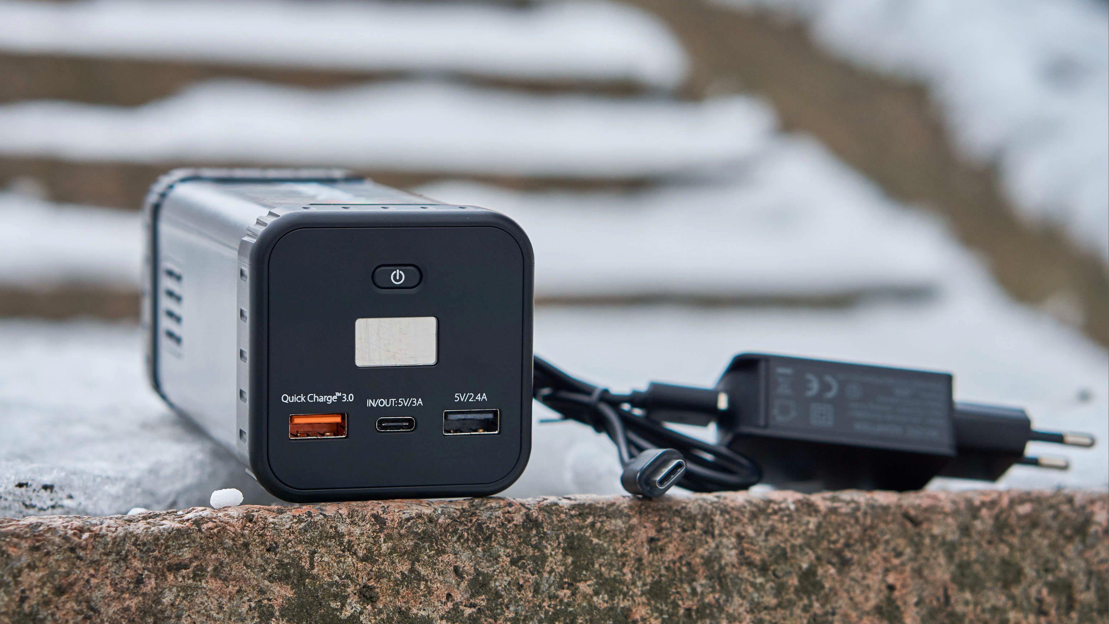 En USB Type-C-lader følger med, men den hurtiglader hverken laderen eller mobiler.