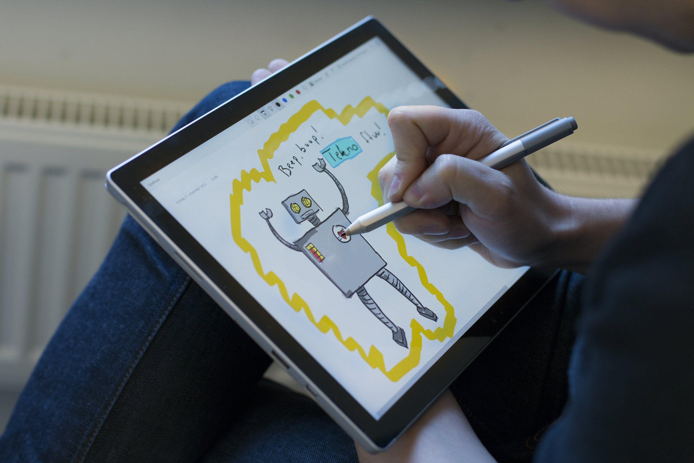 Pennebruk er viktig for mange som bruker Surface Pro. Her er Pro 4 i aksjon, og den kommende nye pennen skal sørge for at femte generasjon Pro kan gjøre dette enda bedre.
