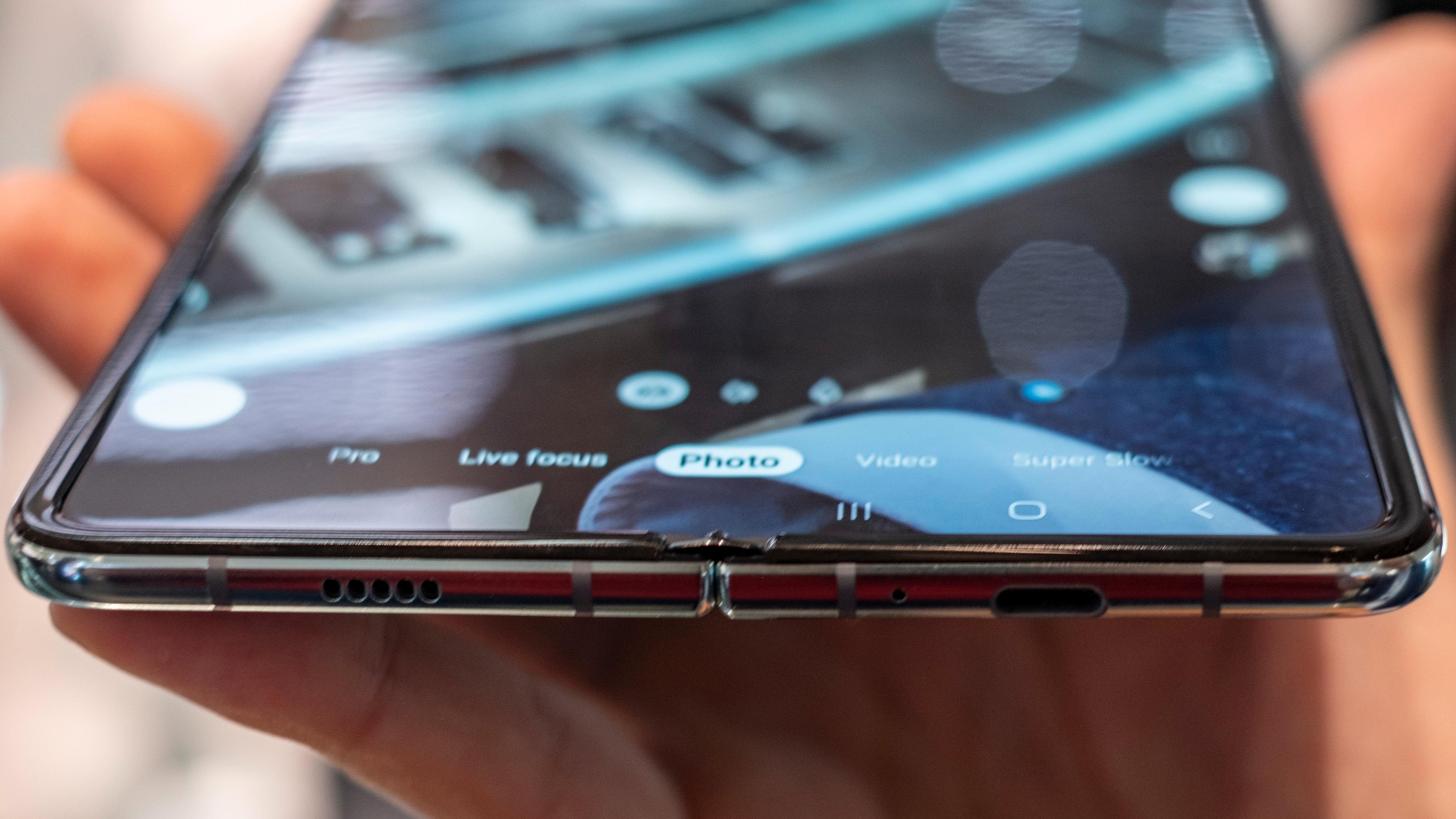 Plastbelegget over den bøyelige OLED-skjermen går nå helt ut i kantene, og ser ikke ut som en skjermbeskytter som skal rives av.