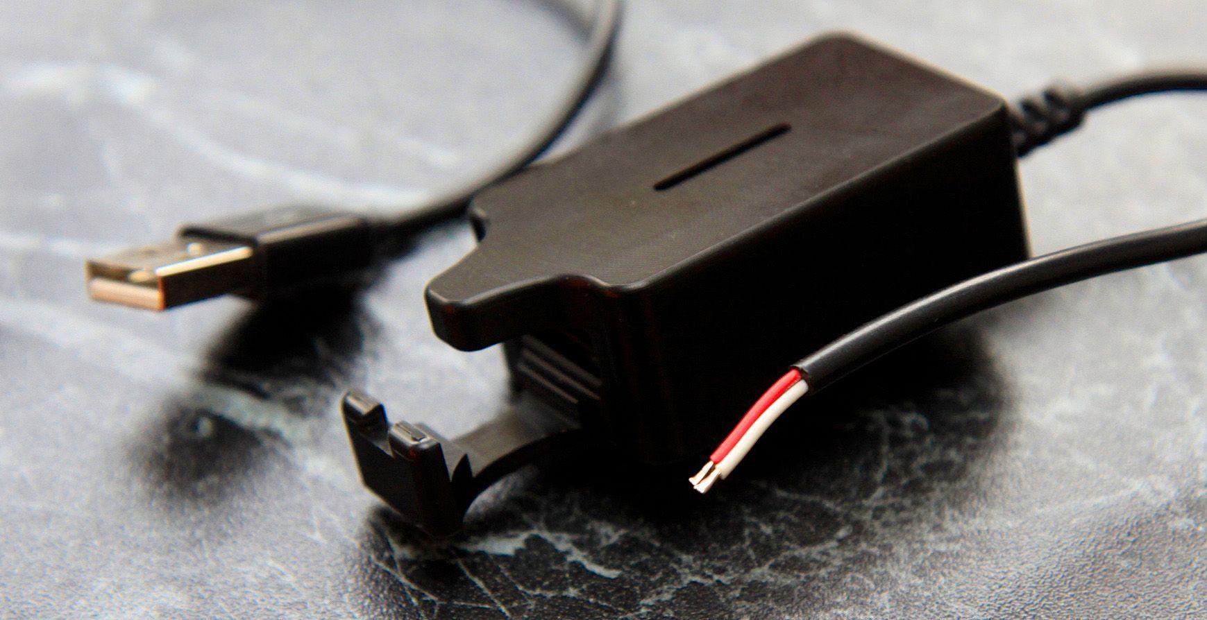 Det følger med en USB-strømadapter som kobles til bilens el-anlegg. Du kan også bruke en USB-adapter til sigarettenneren, hvis du har det.Foto: Kurt Lekanger, Amobil.no