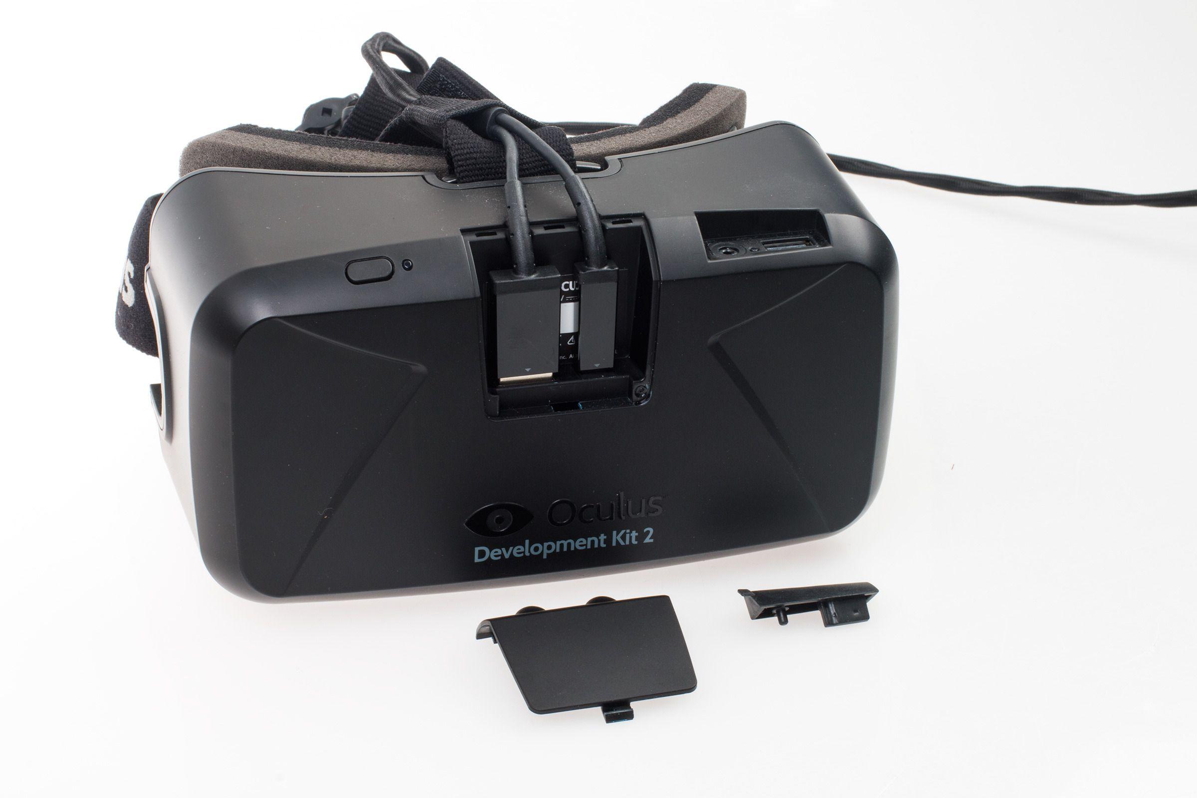 På forsiden av de nye brillene er det to små deksler som kan fjernes. Bak det største er det et par kabler som er helt nødvendige for at enheten skal fungere – nemlig USB og HDMI. Forrige versjon av Riften hadde én kabel som var permanent festet til brillene, men her kan du altså skifte dem ut om det skulle være nødvendig.Foto: Varg Aamo, Tek.no