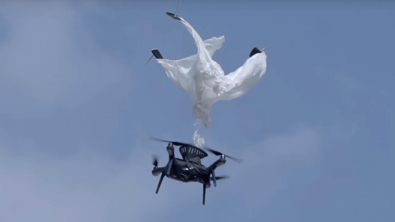 Video: Denne lynkjappe fallskjermen kan redde dronen din fra den sikre død