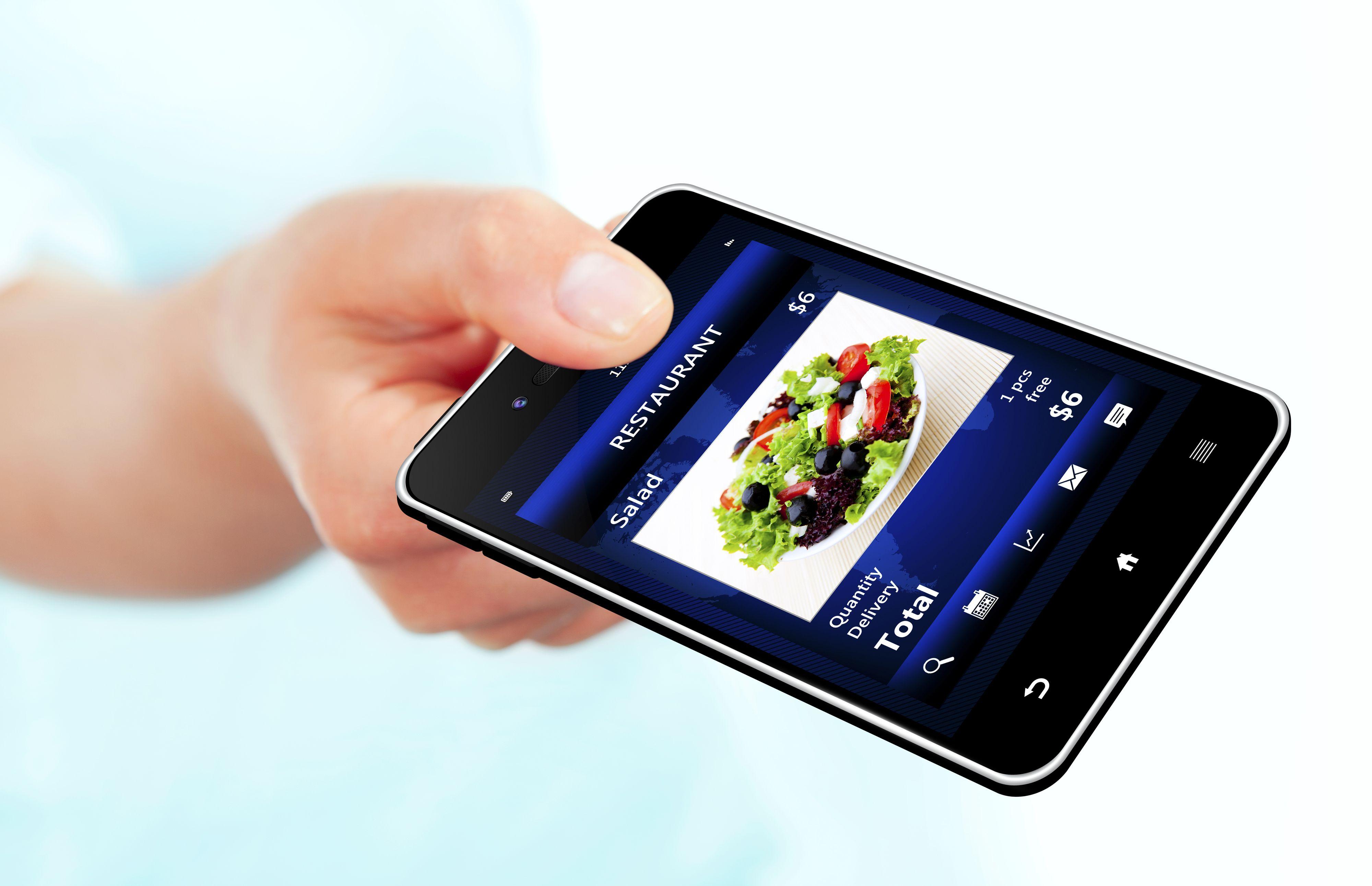 Mobilen kan bli ditt foretrukne betalingsmiddel på restaurant, hvis bransjen får det som de vil.Foto: Shutterstock/Aleksandra Gigowska