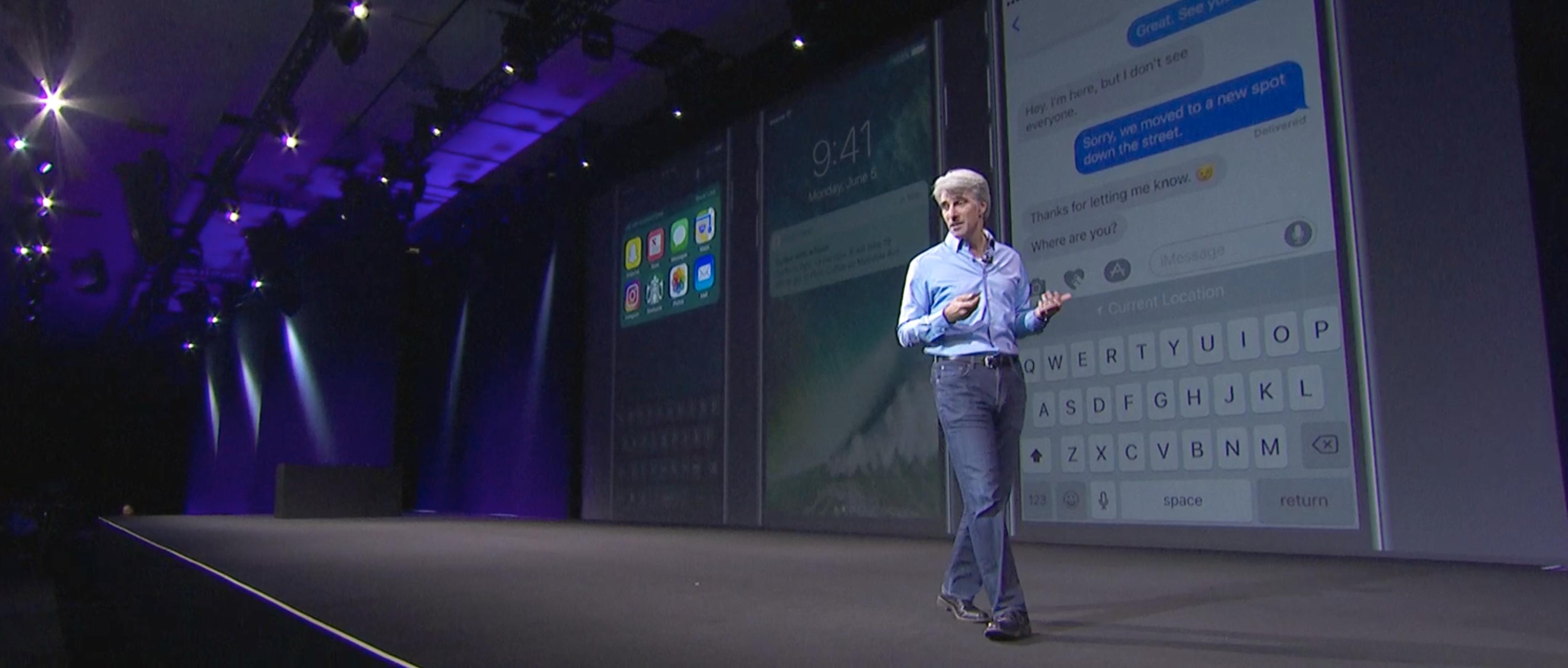 Craig koser seg med Siri-nyhetene på scenen.