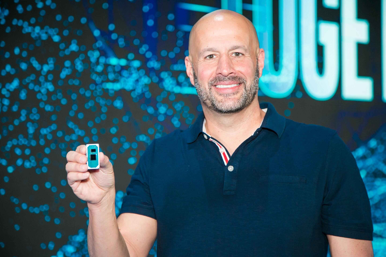 En Ice Lake-prosessor i hånda til Intels Gregory Bryant.