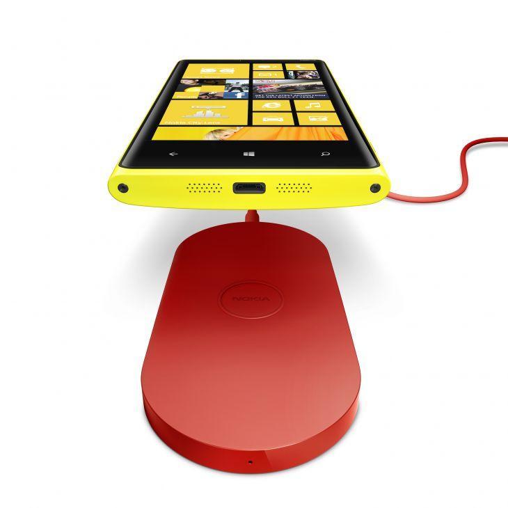 Nokia har sluppet flere tilbehør for trådløs lading av Lumia 920. Dette er en kloss du kan ha liggende på skrivebordet.