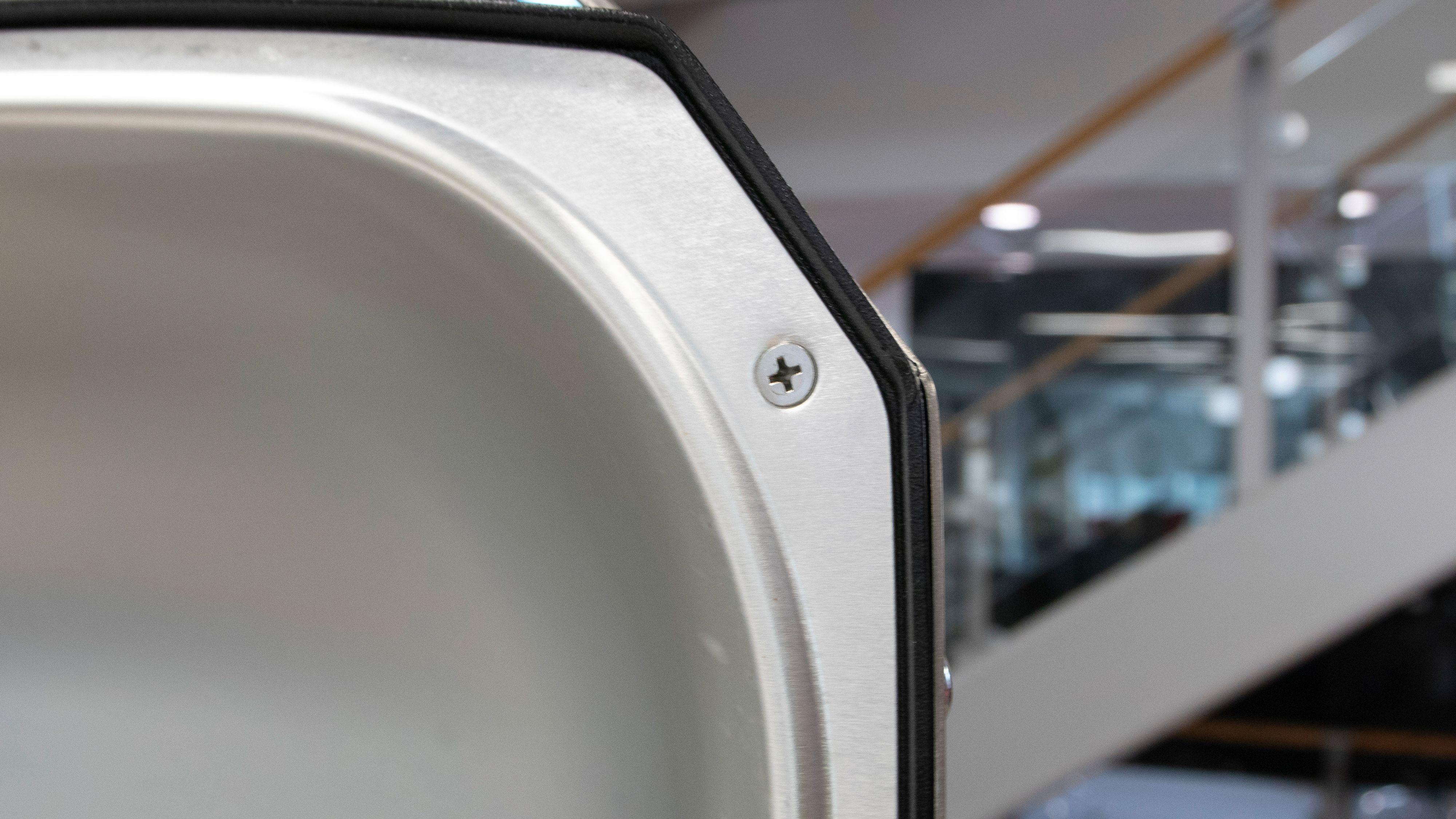 Skal du vaske lokket så må du skru ut noen skruer først.