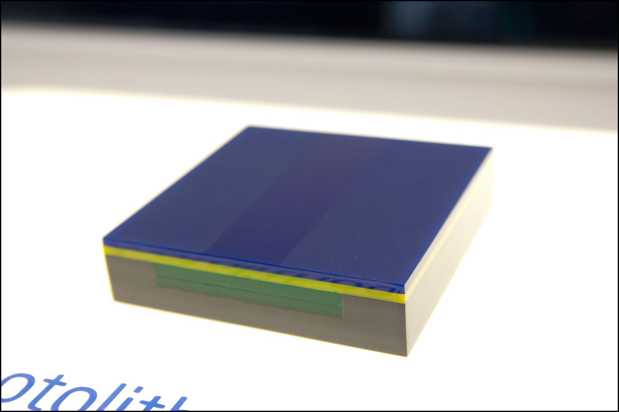 Utsnitt av det som skal bli en enkel transistor. Det grå laget nederst er silisiumet, mens det blå laget er det lyssensitive materialet.Foto: Jørgen Elton Nilsen, Hardware.no