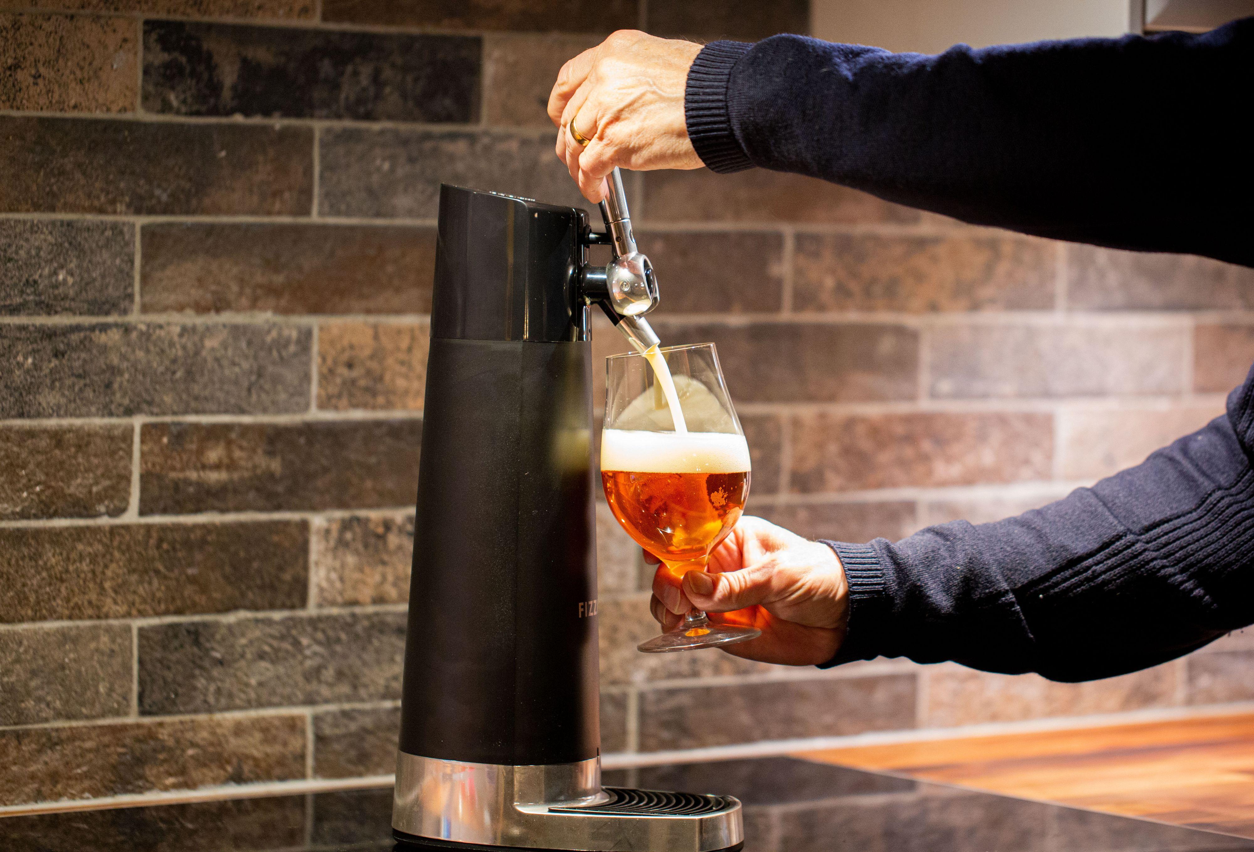 Etter omtrent 2/3 av ølen er i glasset bytter du til å dytte håndtaket vekk fra deg. Da aktiveres maskinens «lydbølge»-system, som skaper et enormt skumhode på toppen av ølen.
