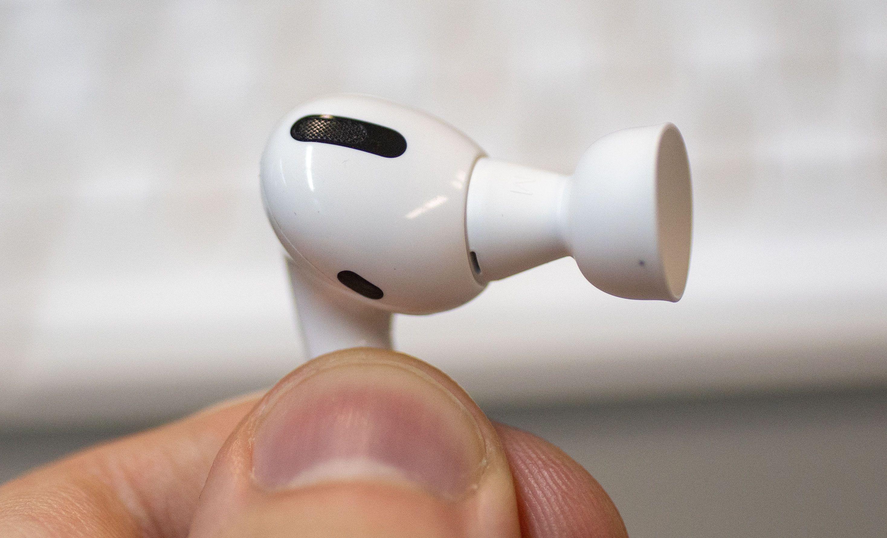 Selv om AirPods Pro har silikontupper føles det som å ha på seg vanlige, «åpne» Airpods i ørene når du har «lydfremheving» aktivert.