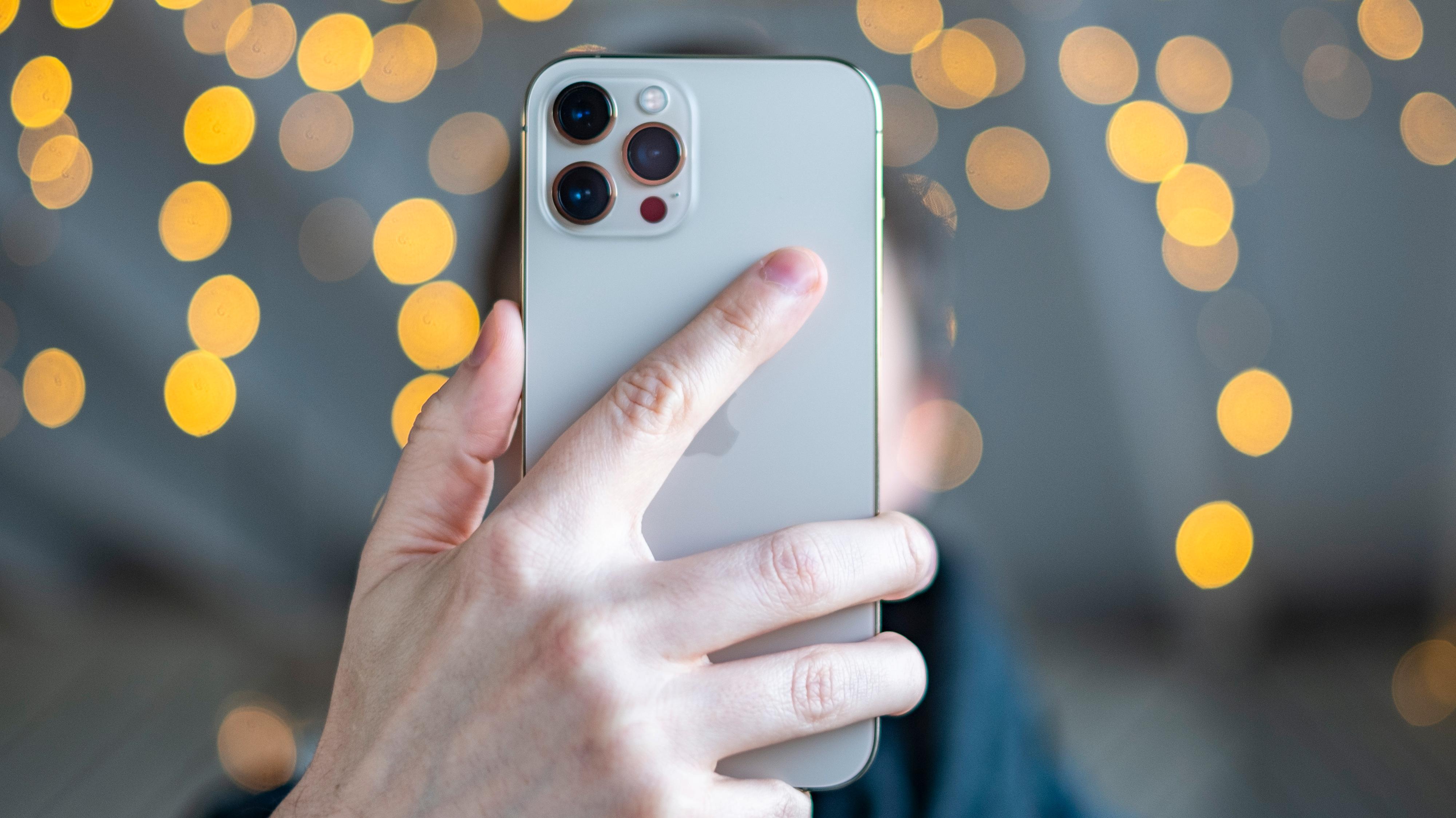 I fjor var det iPhone 12 Pro Max med diger kamerasensor som flyttet seg etter dine bevegelser som var den største nyheten. Hva årets viktigste forandringer blir er fortsatt uklart, men større batterier og kraftig forbedrede skjermer er på ryktebørsen.
