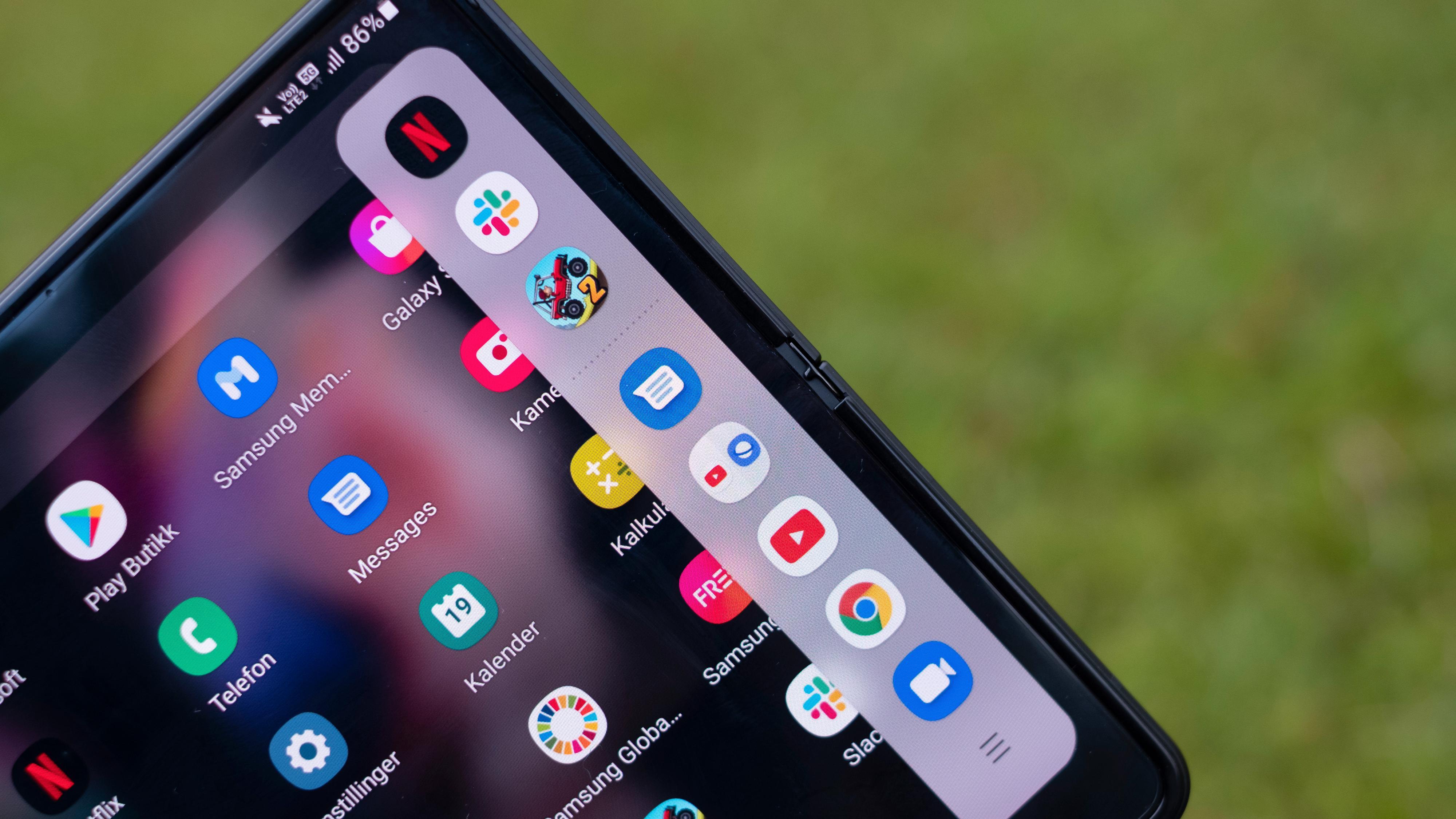 Samsung var først ute til å ha en «slide over»-funksjon med menyvalg som trekkes inn fra siden for kjøring av mange samtidige apper. Apple har siden latt seg inspirere og kjører en nær identisk sidemeny i sitt iPad OS.