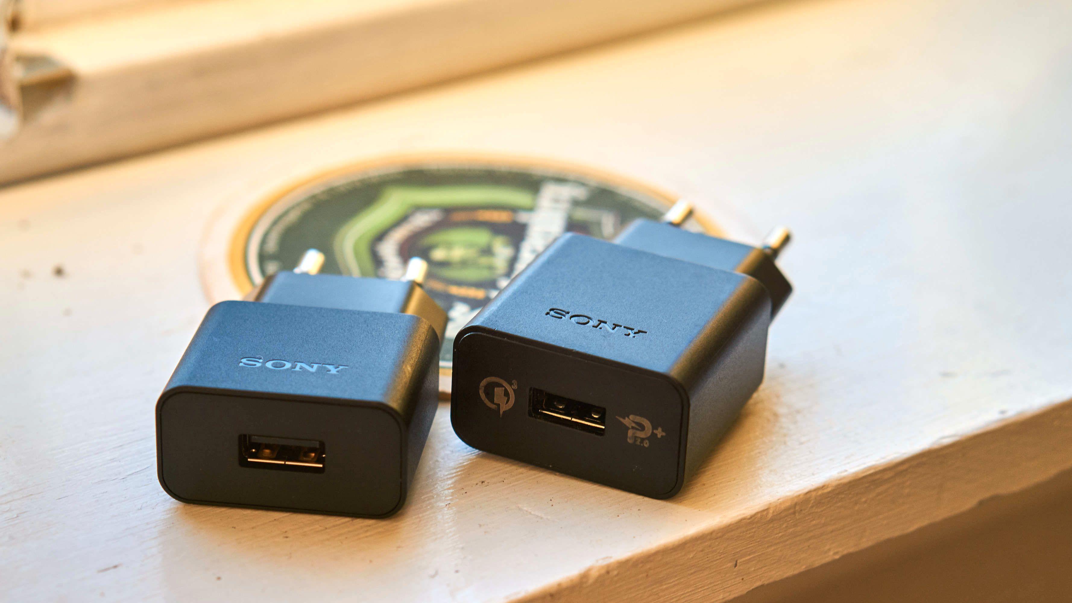 Nei, nei, nei! Sony sender en vanlig lader (venstre) med i pakka, og selger hurtiglader (høyre) som ekstrautstyr.