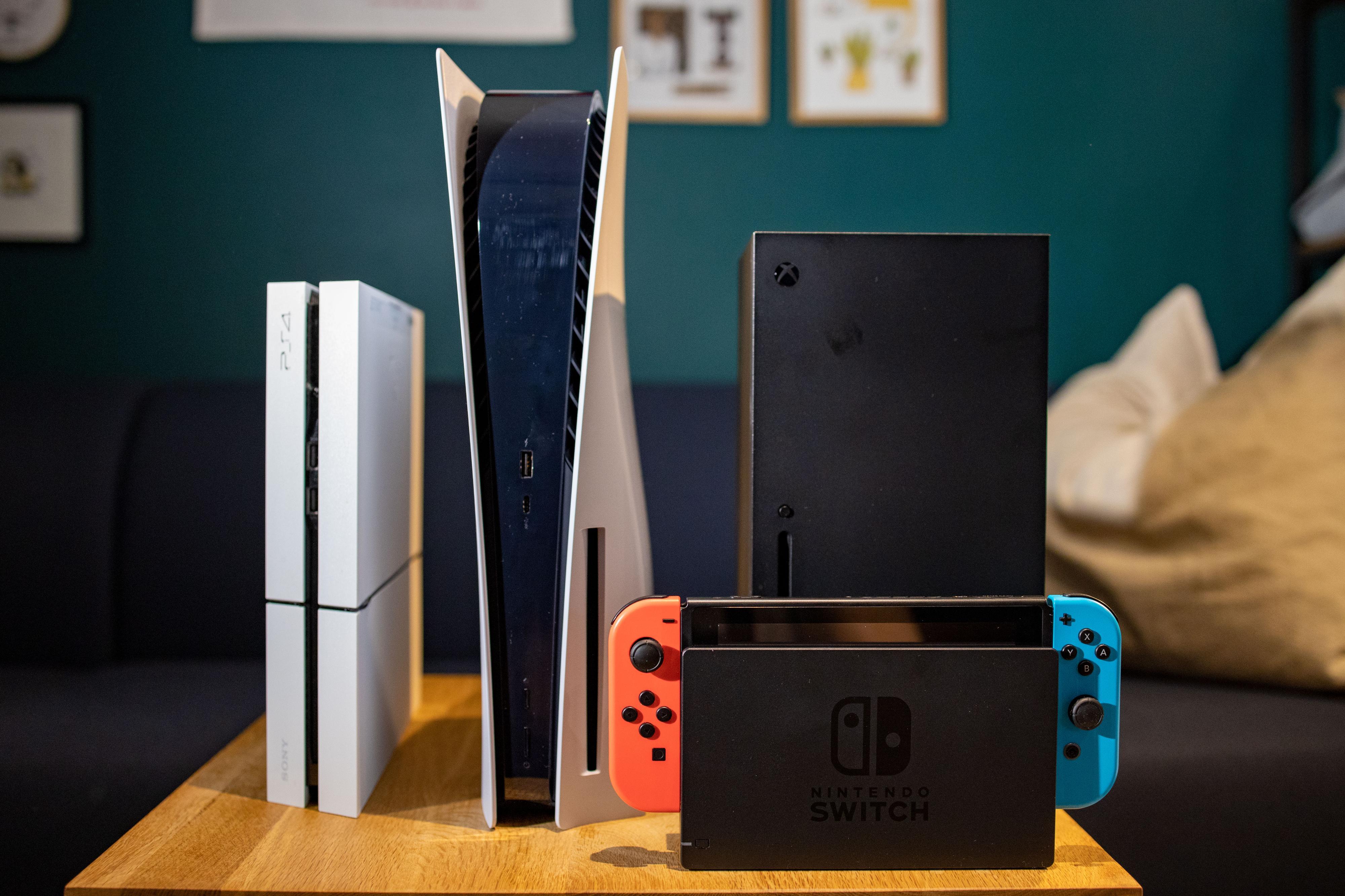 PlayStation 4, PlayStation 5, Xbox Series X og Nintendo Switch foran.