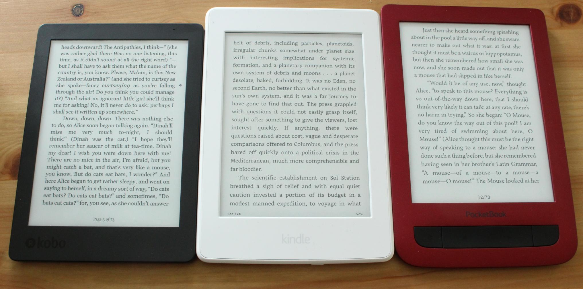 """Paperwhites skjerm har 300ppi. Kobo og PocketBook har 212ppi, men vi merker ikke så stor forskjell på disse to og Paperwhite. (Trykk gjerne på bildet og velg ev. """"Vis original"""" (mobil) for å se teksten på lesebrettene tydeligere.)"""