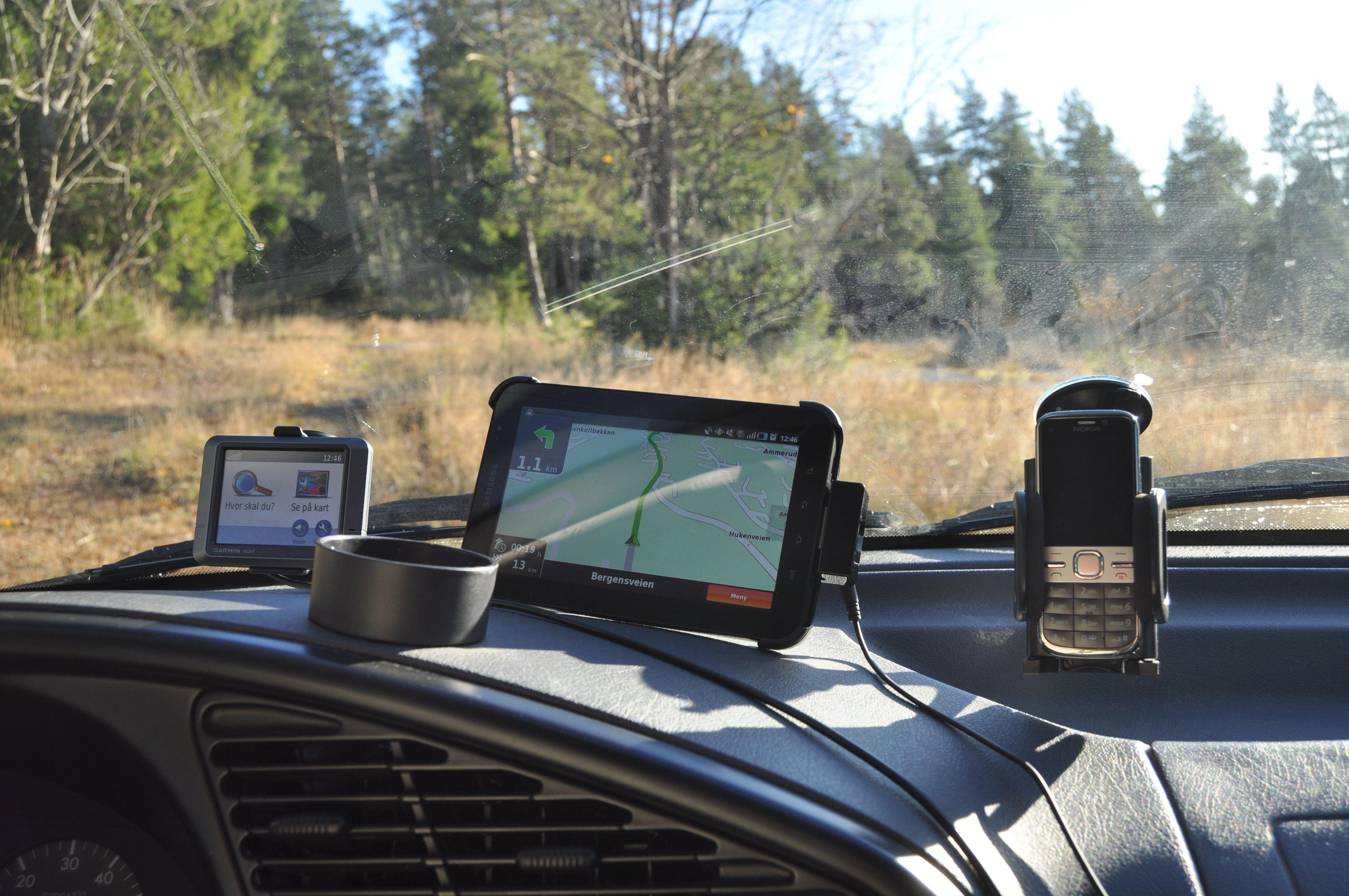 Størrelsen blir svært tydelig når vi ser nettbrettet ved siden av andre vanlige enheter vi har i bilvinduet.