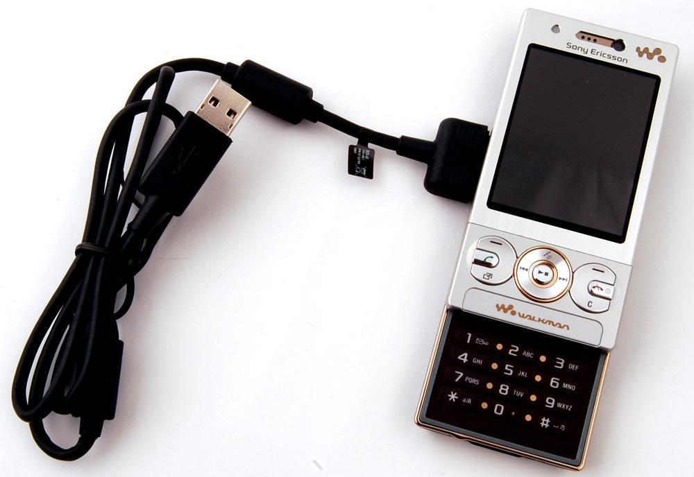 En datakabel, i dette tilfellet til en Sony Ericsson-telefon, plugges inn i PC-en og inn i mobilen.