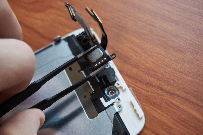 Bruk en pinsett til å ta ut høyttaleren – fett fra hendene kan skade kontaktene.