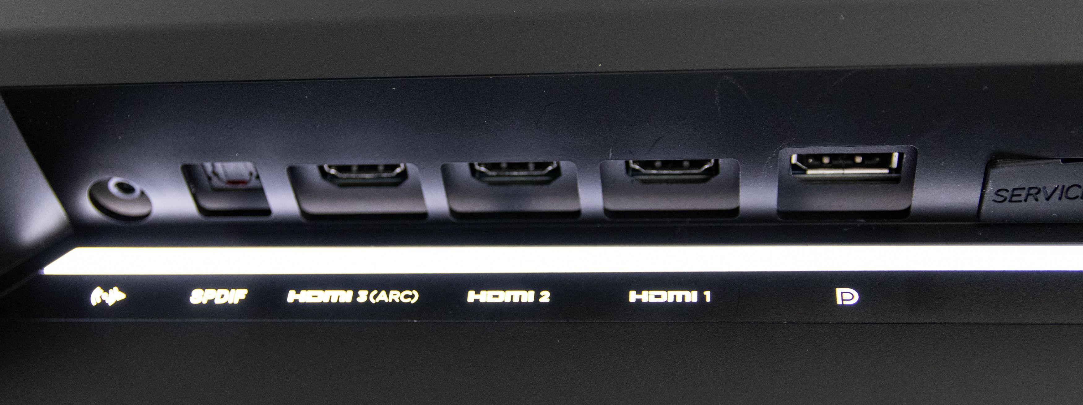 Skjermen har både inngang for DisplayPort og HDMI, samt optisk lyd. En artig detalj er at disse lyses opp når hånden din nærmer seg, slik at det blir lett å se hvor kabler skal kobles til når det er mørkt.