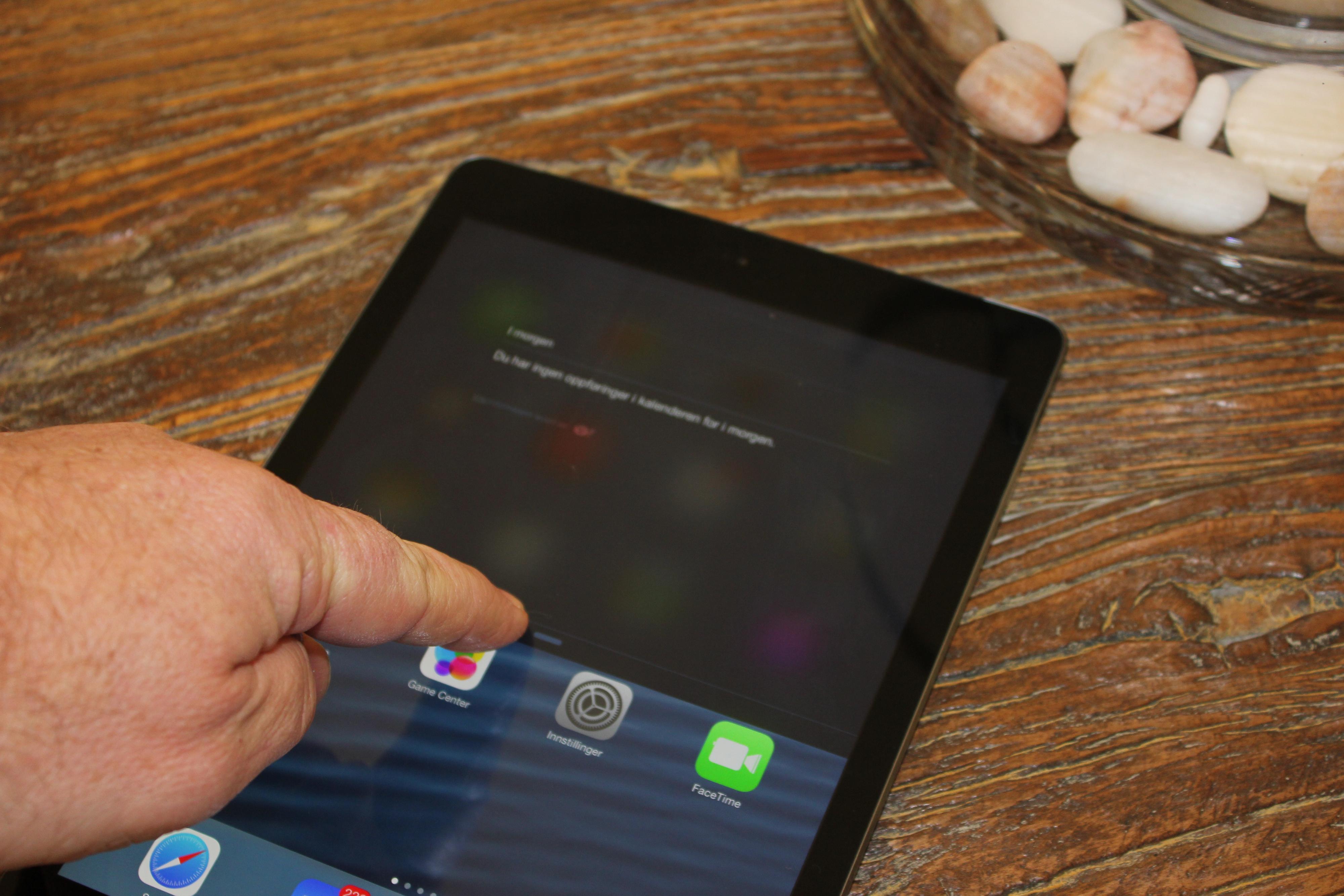 Varslingspanelet henter du fra toppen av skjermen.Foto: Espen Irwing Swang, Amobil.no