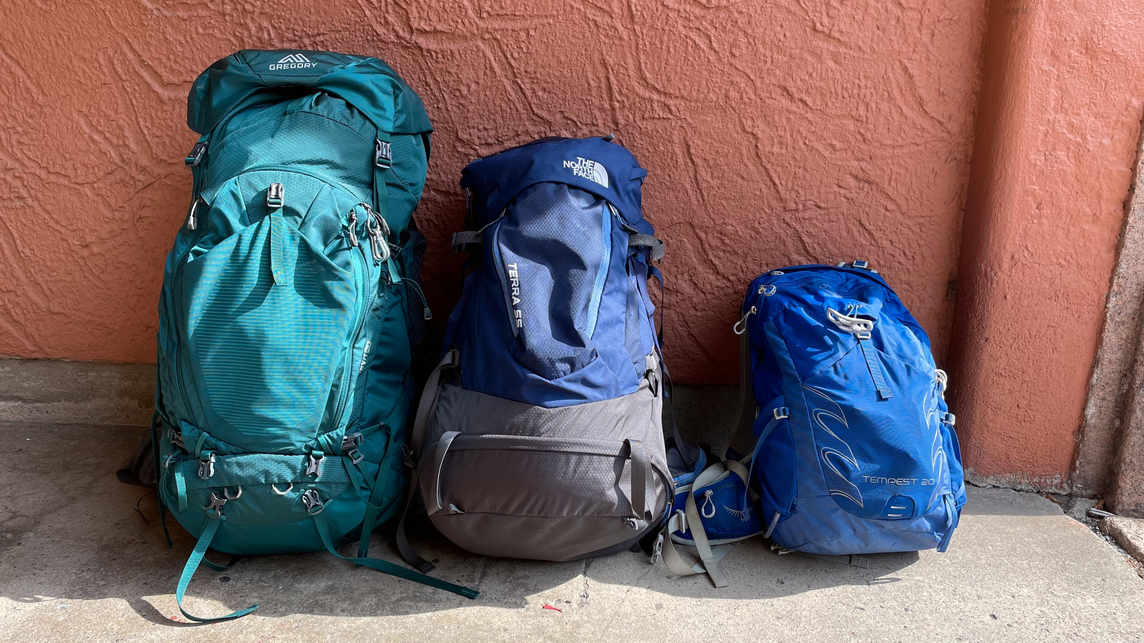 Tre ulike sekk- og ryggstørrelser. Fra venstre: Ryggstørrelse XS (dame) og 80 liter; Ryggstørrelse M/L (unisex) og 55 liter; Størrelse WS/WM (dame) og 20 liter.