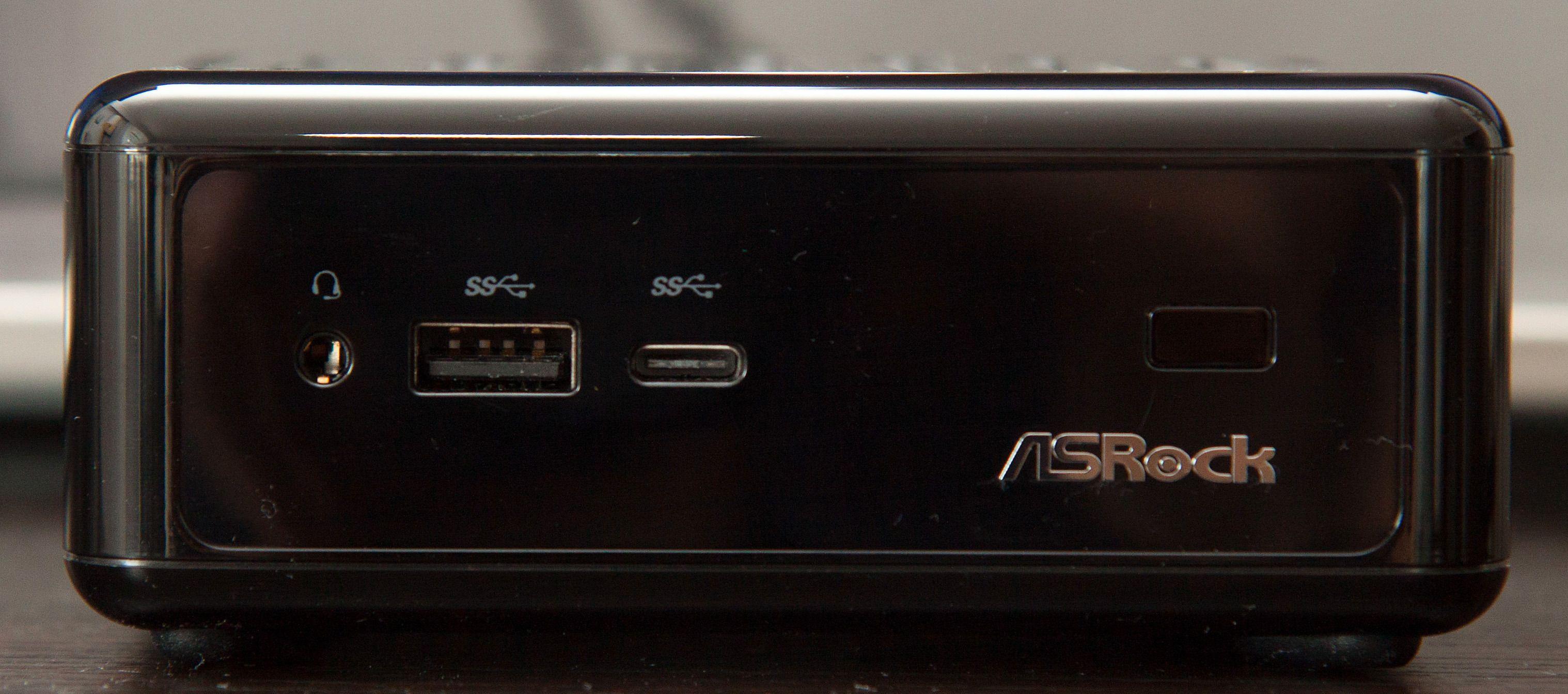 Foran er det både en vanlig USB 3.0-kontakt og en Type-C-kontakt. Foto: Kurt Lekanger, Tek.no