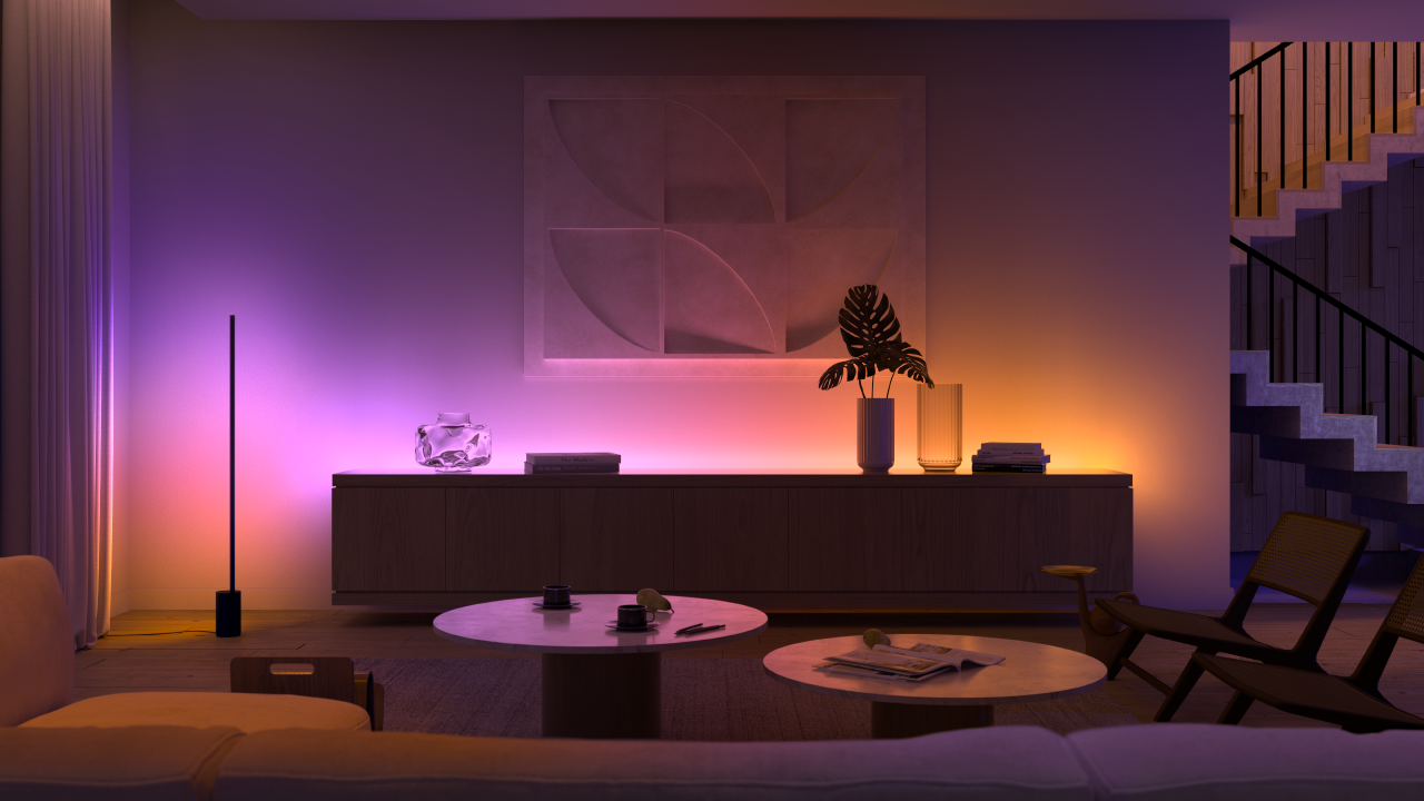 Philips Hue Signe-gulvlampen til venstre og den nye gradient-lysstripen kan vise flere forskjellige farger samtidig.