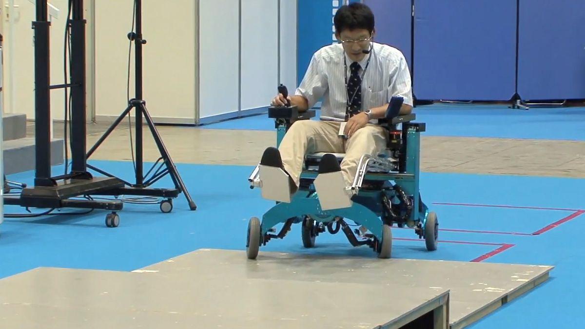 Robotikk har mange bruksområder. Her er for eksempel en smart rullestol som kan bestige høye flater.Foto: DigInfo TV