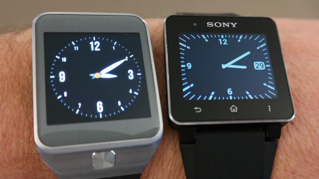 Sony SmartWatch 2 (til høyre) er ett av alternativene til Gear 2.