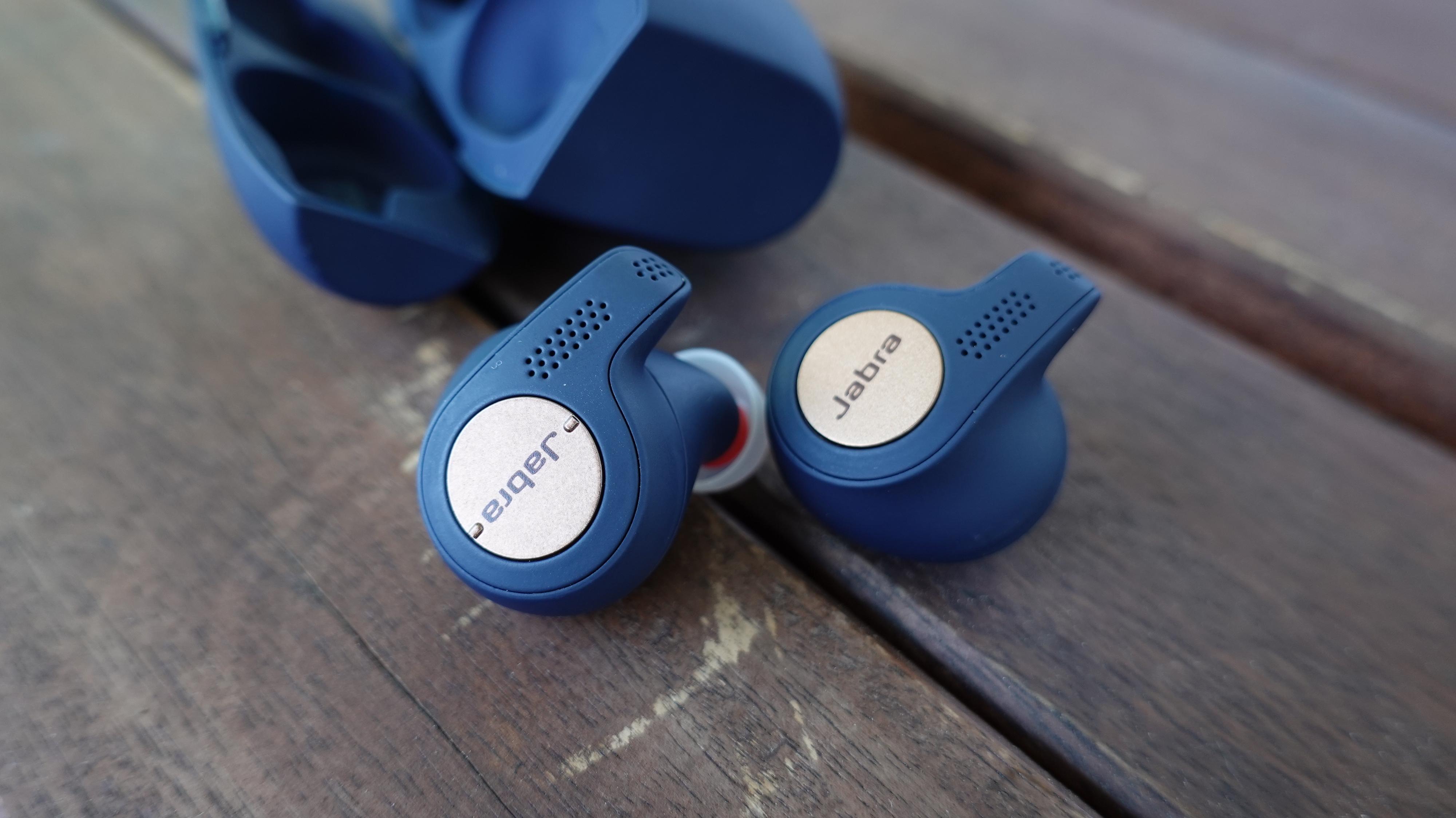 Jabra Elite Active 65t har to bittesmå knapper klemt inn på siden av den venstre ørepluggen. Den høyre har bare én.