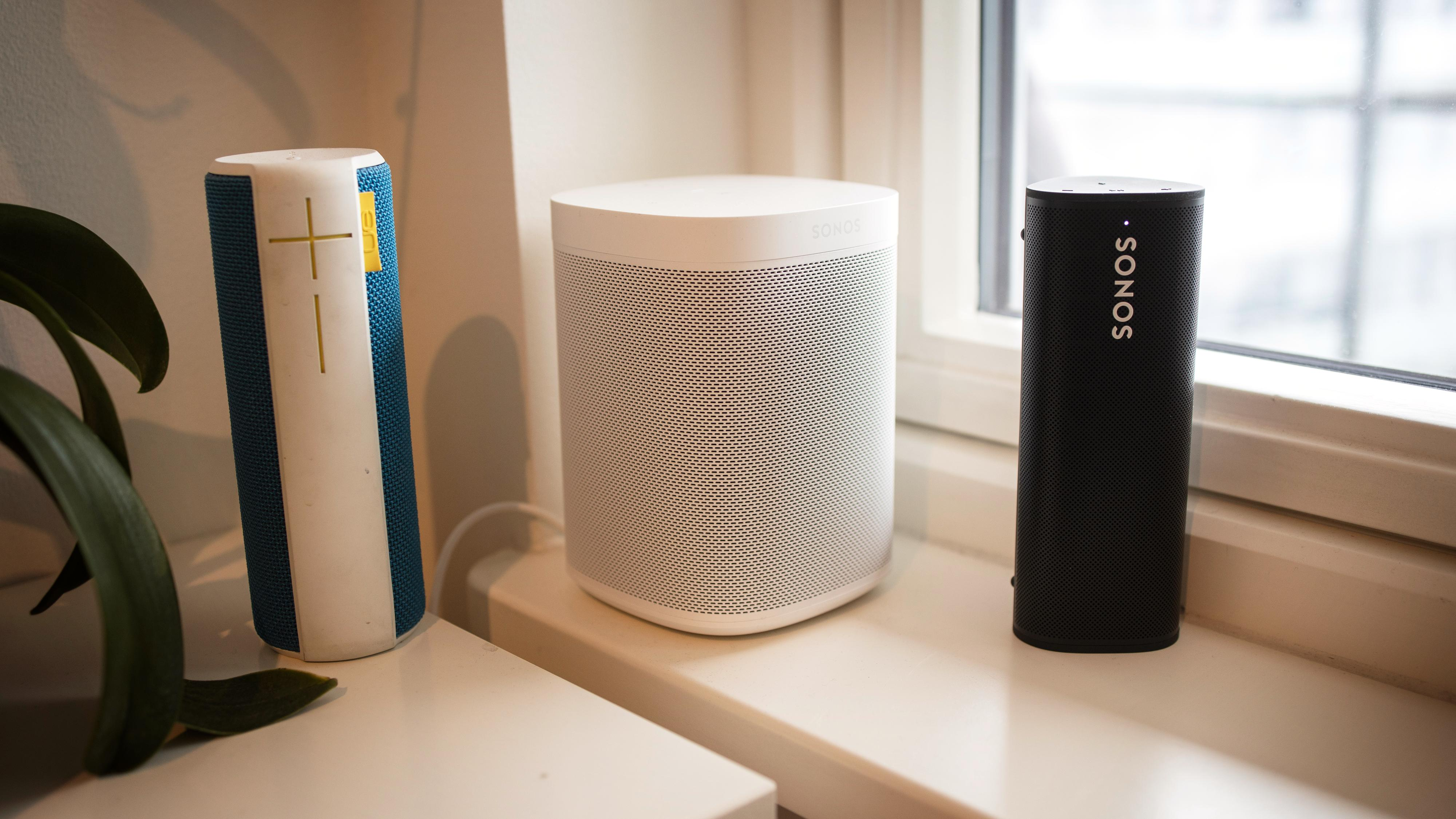 Roam (til høyre) sammen med Sonos One og en relativt velbrukt førstegenerasjons UE Boom.
