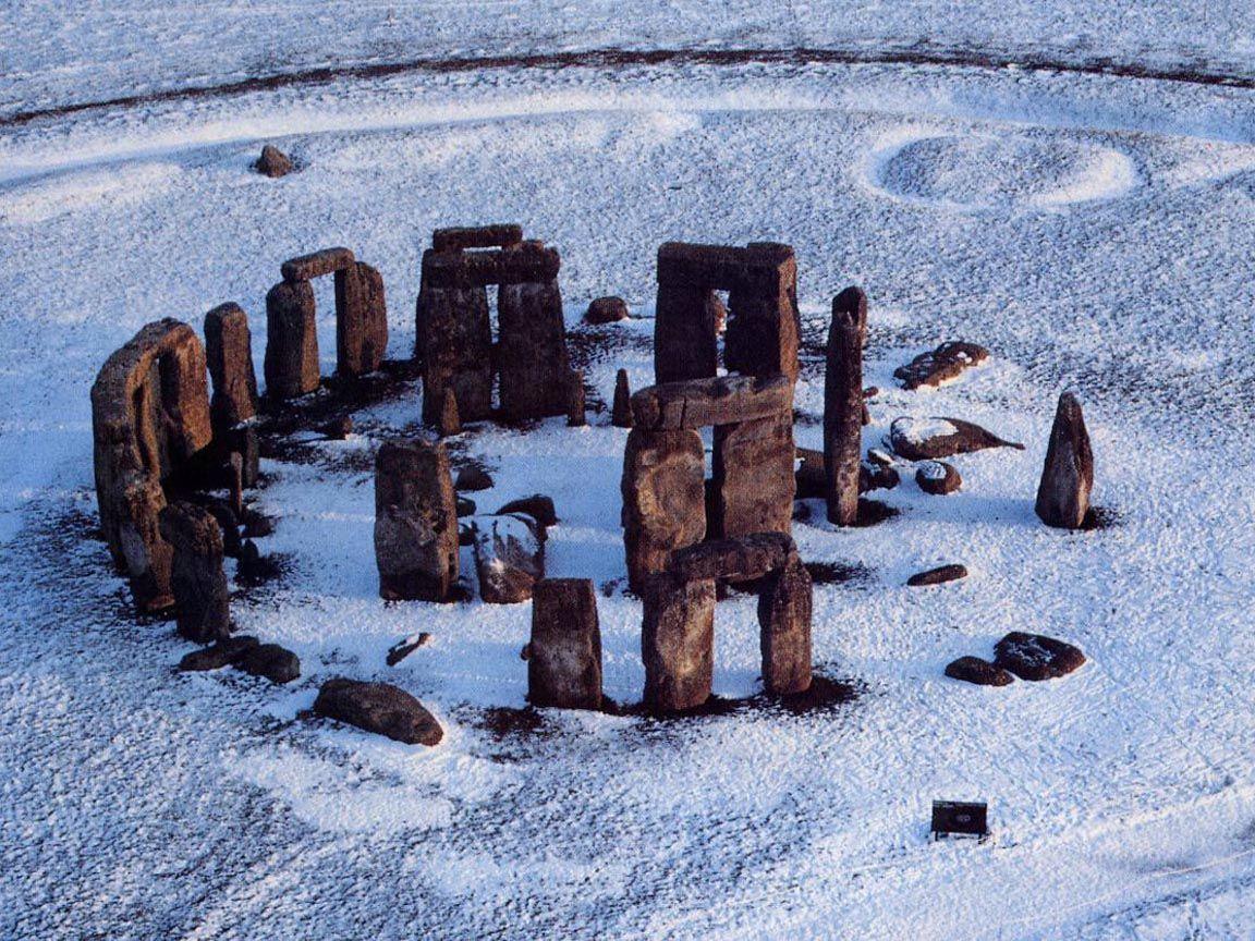 Sir Ridley Scott drar til Stonehenge for å lage ny film.
