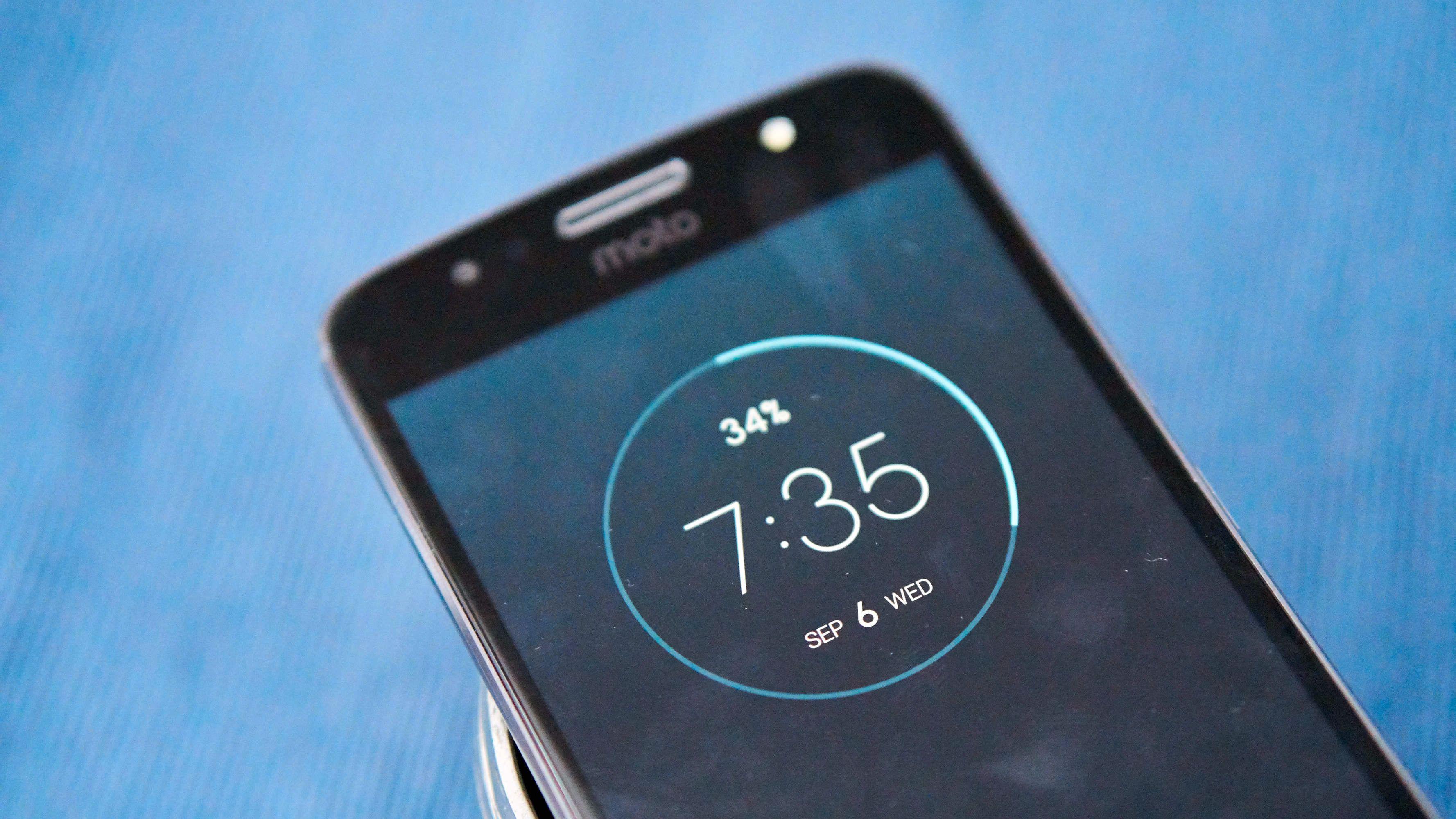 Løfter du opp telefonen eller veiver med hånda over låst skjerm, får du opp denne klokka og info om nye varsler...