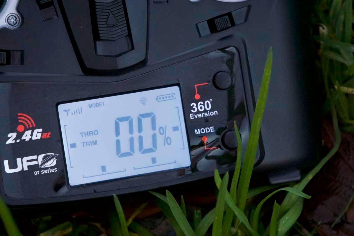 Skjermen på kontrolleren til UDI Mini Drone er blant de bedre. Her vises blant annet ytelsen i prosent, noe som gjør det svært lett å fininnstille farten.