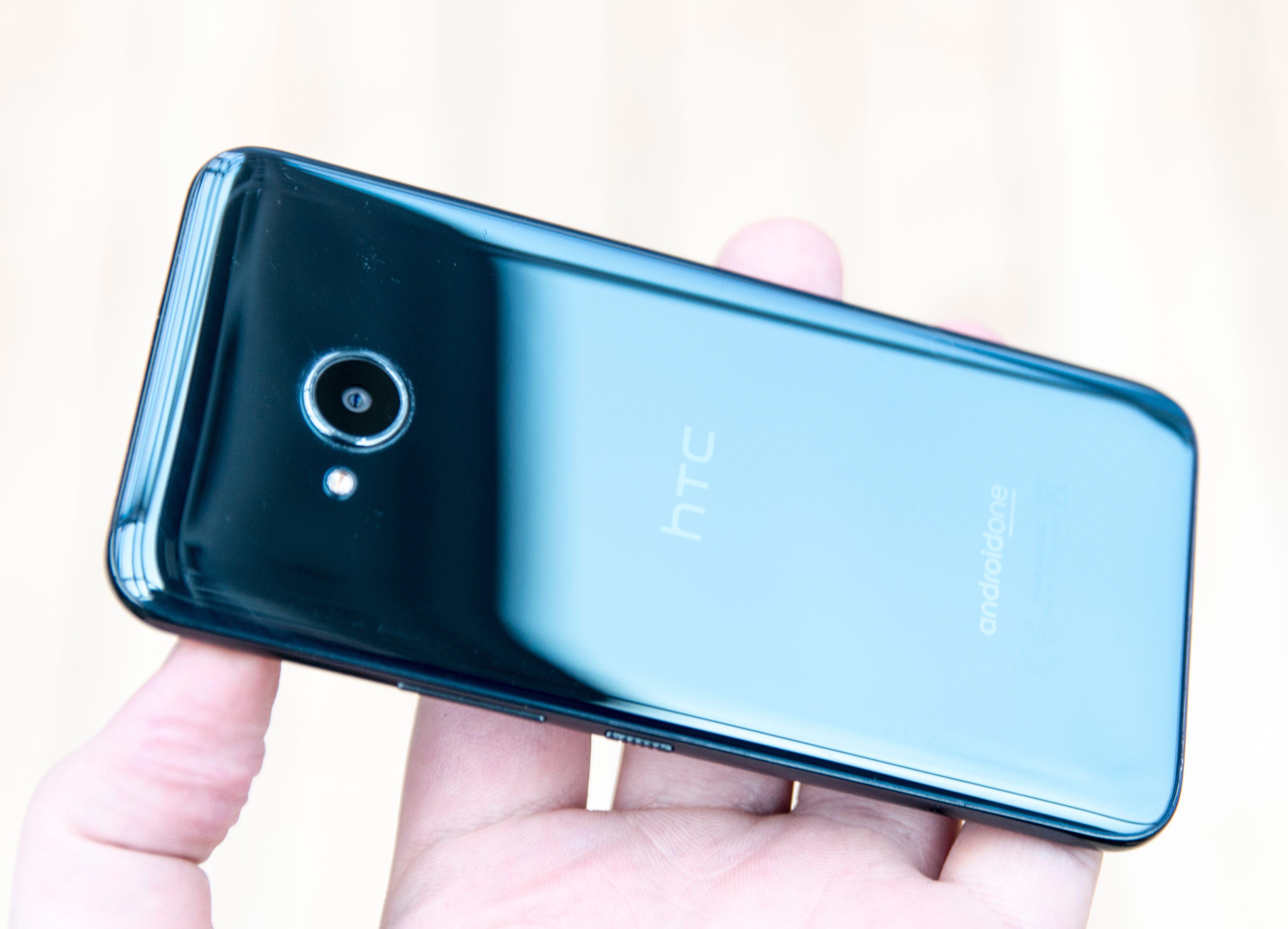 Det er ikke noe synlig på telefonen som avslører at den har Edge Sense. Sensorene er bygget inn i telefonen, som ellers er vanntett og føles like solid som de fleste andre telefoner til rundt 3-4 000 kroner.