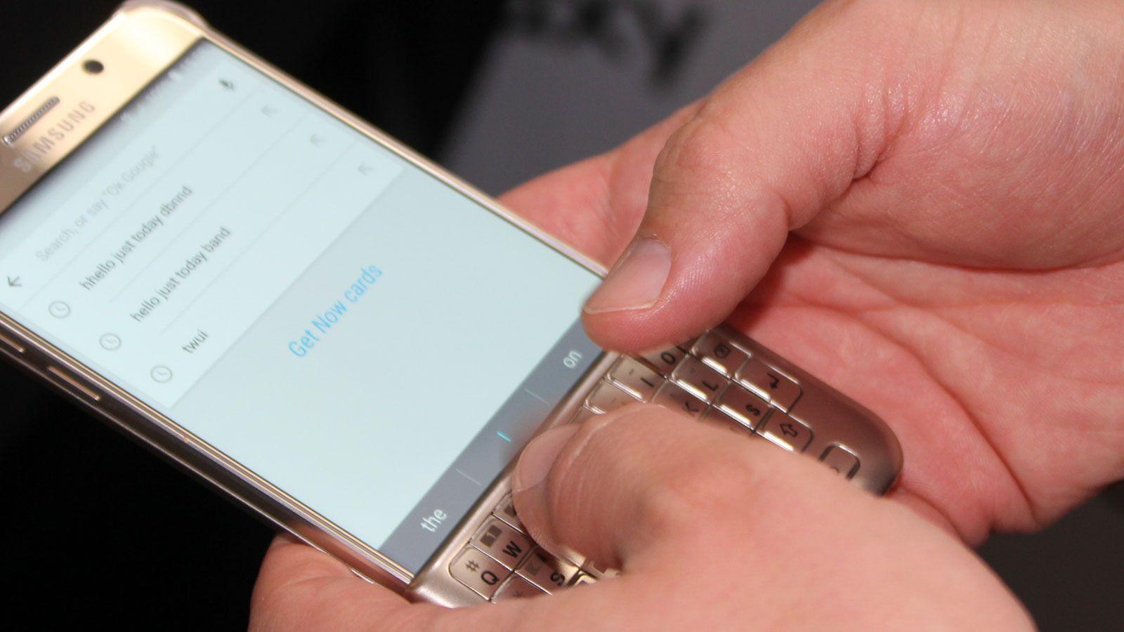 Samsung viste også et nytt qwerty-tastaturdeksel. Dekselet er lett å ta av eller på, og lar deg skrive på skjermen med fysiske taster. Flere bilder av tastaturet og annet tilbehør finner du under artikkelen. Foto: Espen Irwing Swang, Tek.no