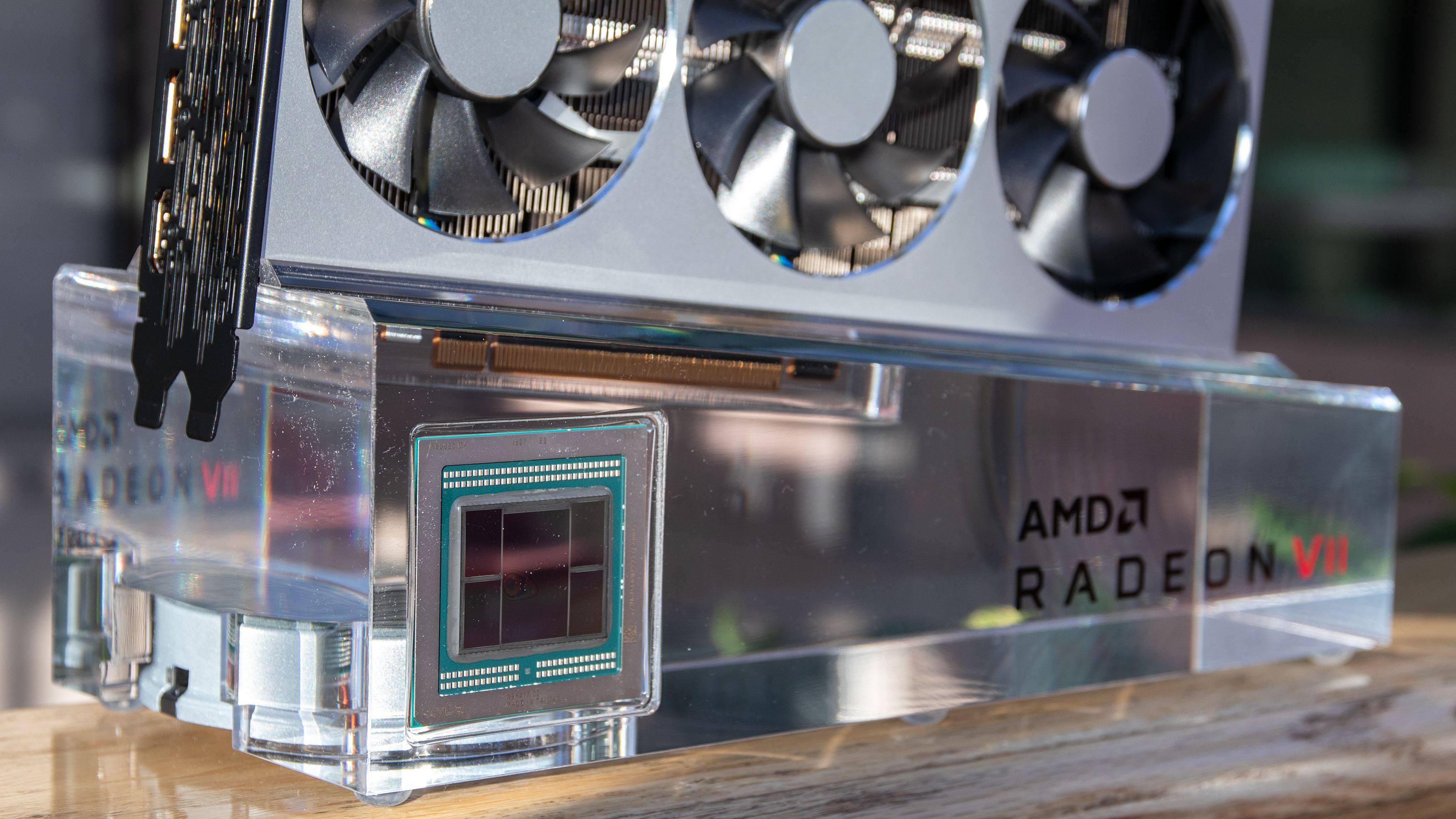 Nede til venstre ser du Vega 20 XT-GPU-en, sammen med fire 4GB HBM2-moduler på sidene.
