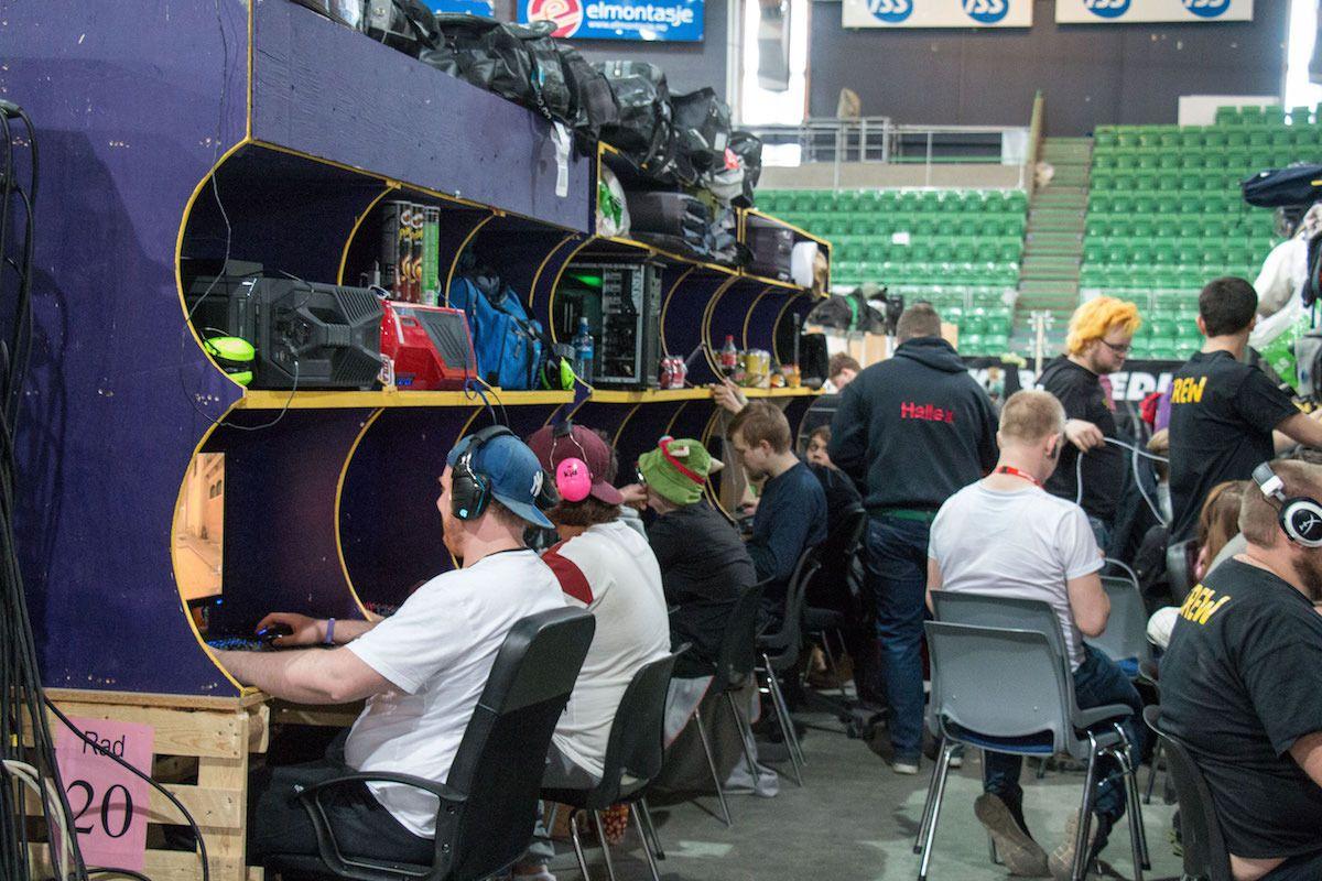 Samtlige av pultene matchet hverandre og flere av medlemmene gikk i tillegg med matchende klær. Dette er dedikasjon!
