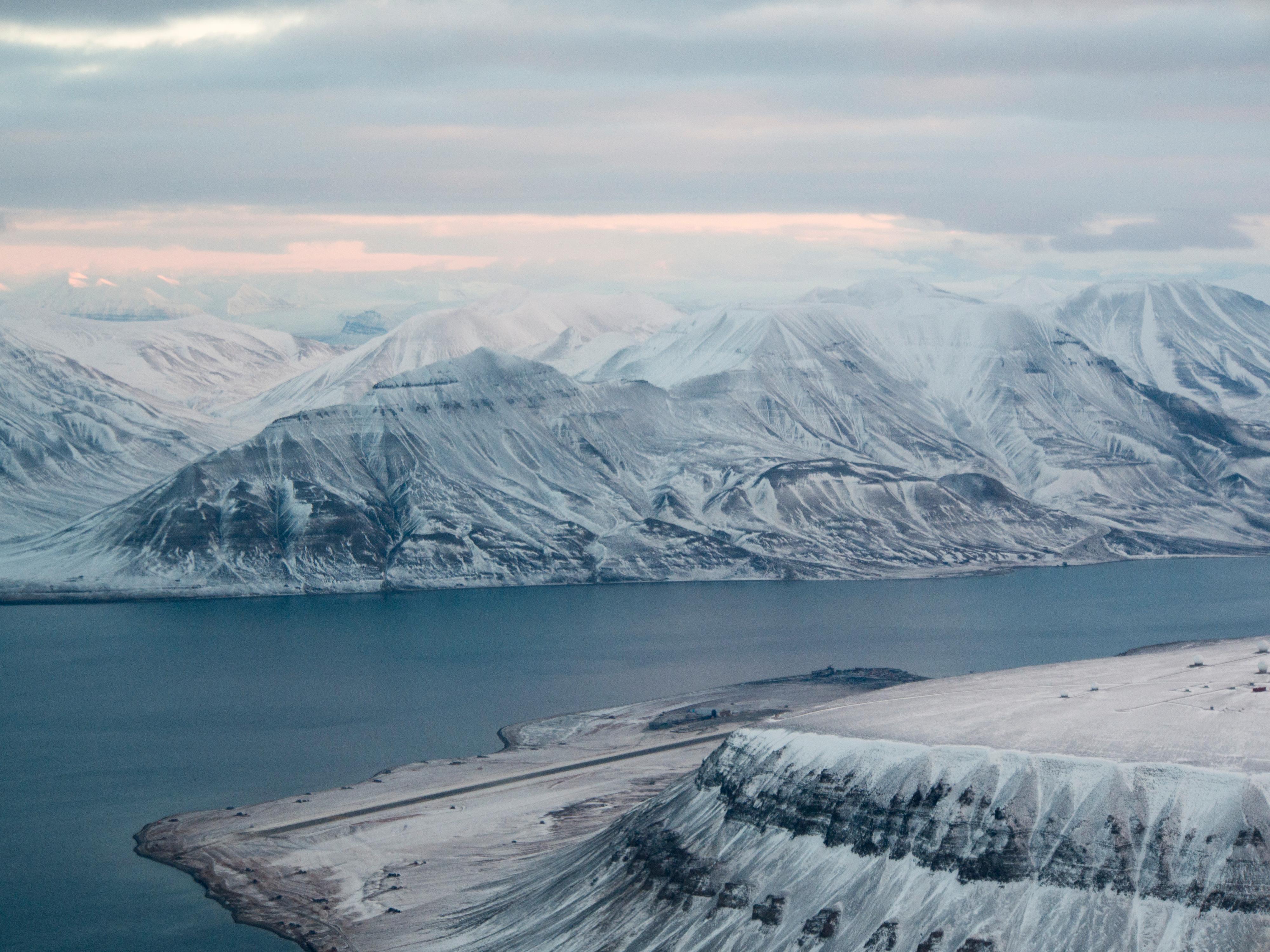 E-M1: 400 ISO, f/6.3, 1/100s, 50mm. Platåfjellet til høyre, Svalbard Lufthavn til venstre..Foto: Kjersti Stuestøl