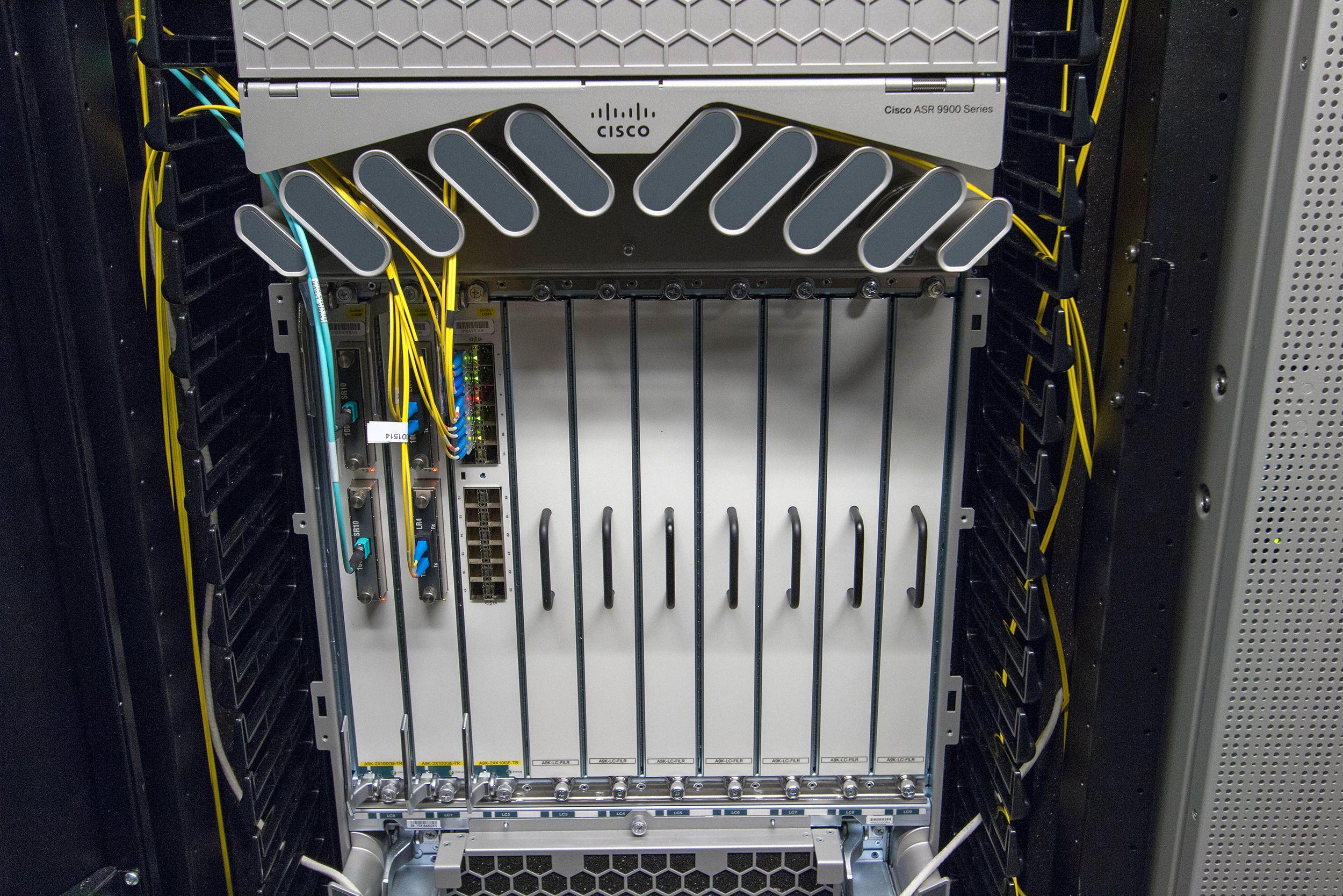 Cisco ASR 9000. Her er det plass til å sette inn mange flere linjekort, om behovet skulle melde seg. Foto: Vegar Jansen, Tek.no