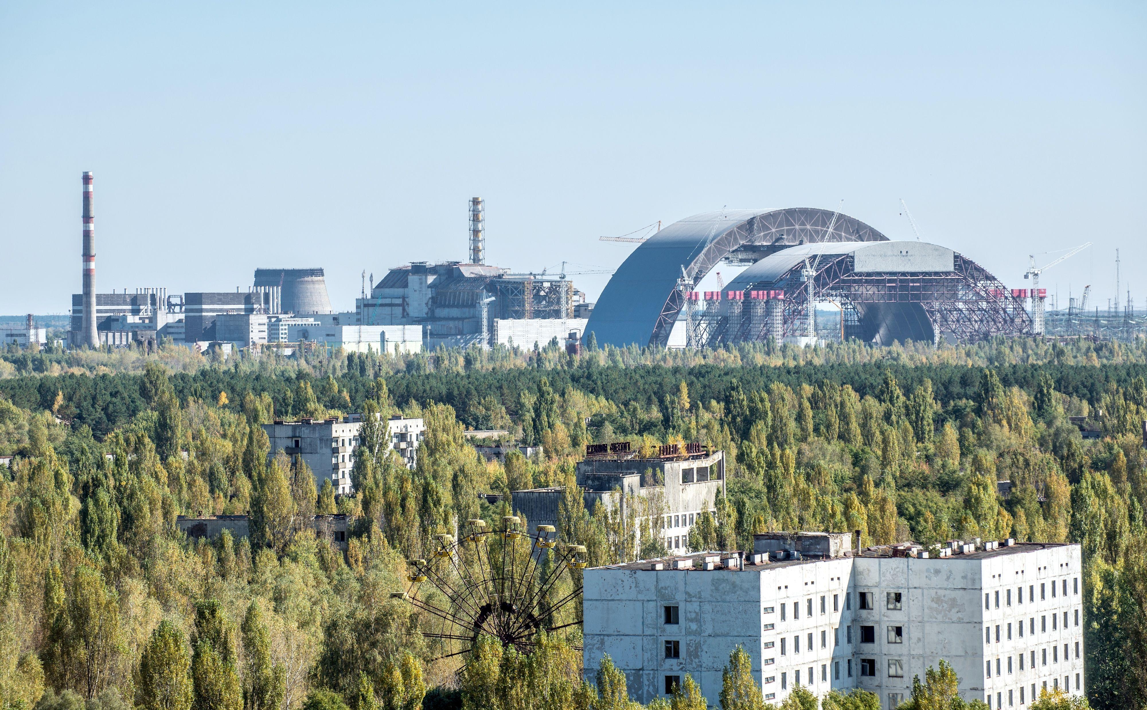Arbeiderne i kraftverket og familiene deres var privilegerte sett med sovjetiske øyne, og de fleste bodde i Pripjat (i forgrunnen) som ble bygd for dem. Den ble påbegynt i 1970 i naturskjønne omgivelser ved elva med samme navn. I dag har naturen tatt tilbake det aller meste.