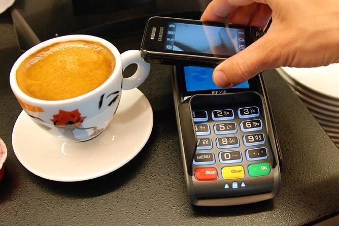 I framtida vil det være vanlig å betale kaffen med mobilen.Foto: Telenor