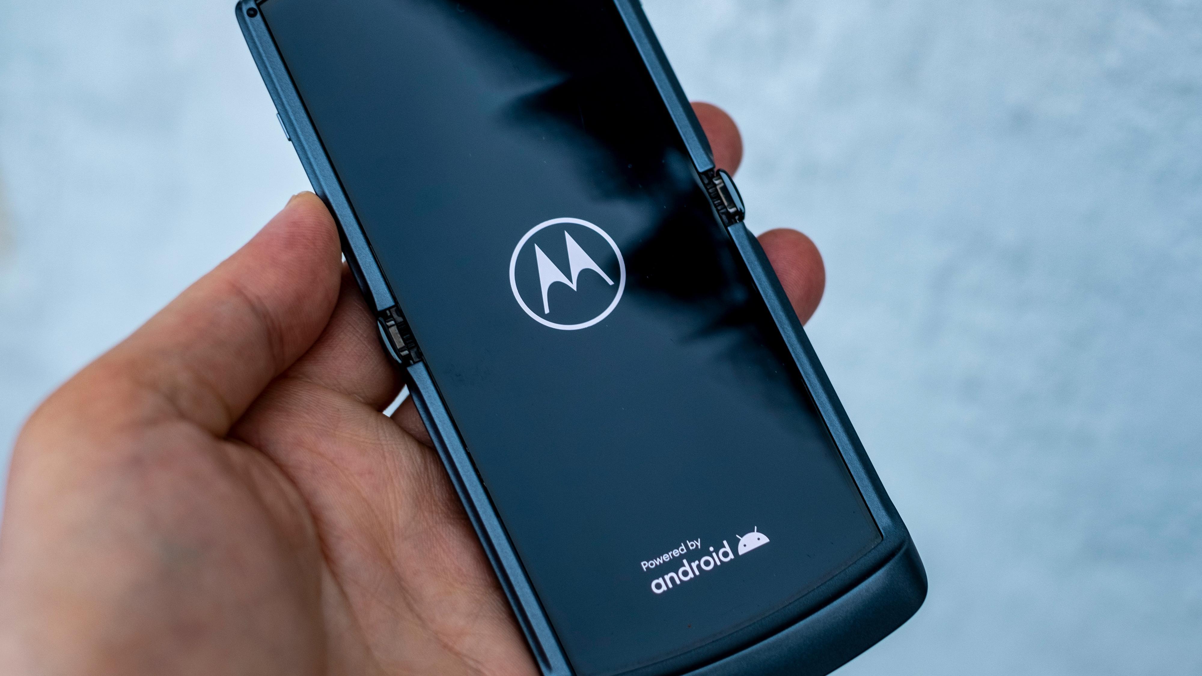 Innerskjermen er ikke helt jevn, men snarere litt bølgete. Det stort sett kun synlig fra riktig vinkel og i riktig lys. Denne egenskapen er Samsungs Galaxy Z Flip bedre på.